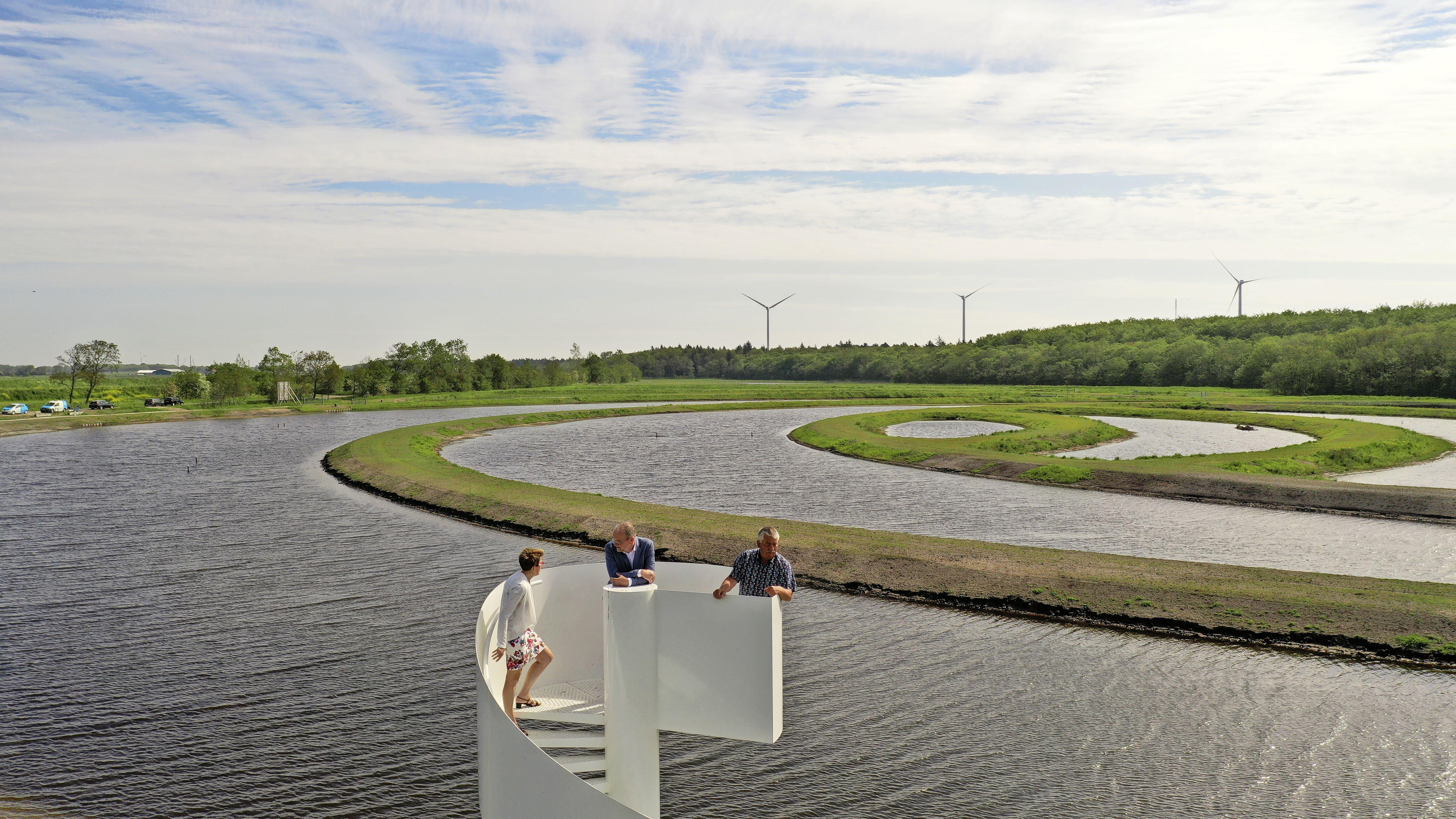 Op een toren uitkijken over de Viskringloop in de Wieringermeer met paden voor wandelaars