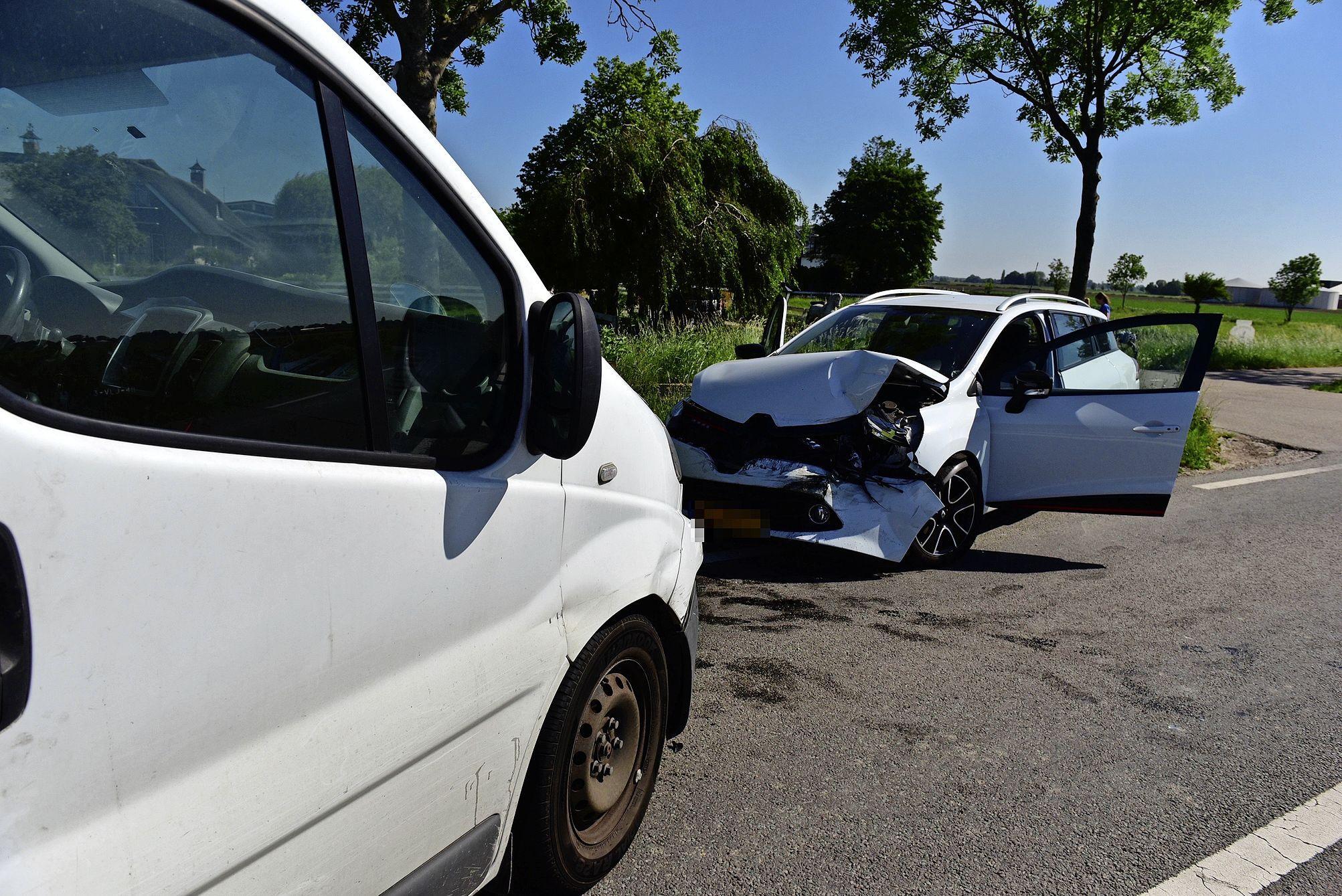 Drie auto's beschadigd bij ongeluk op de N446 in Woubrugge