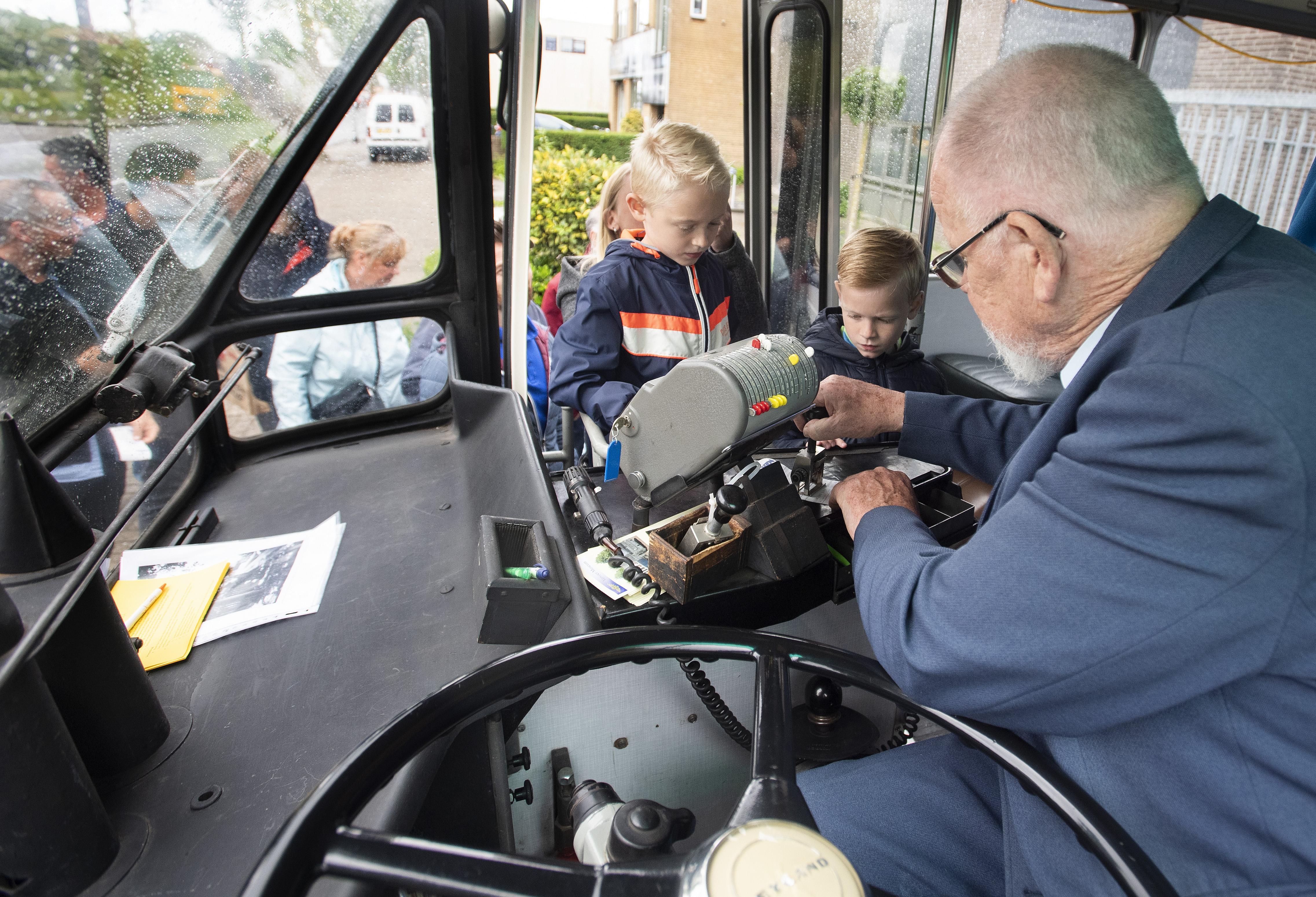 Oude tijden herleven bij ritje met historische NZH-stadsbus in Haarlem