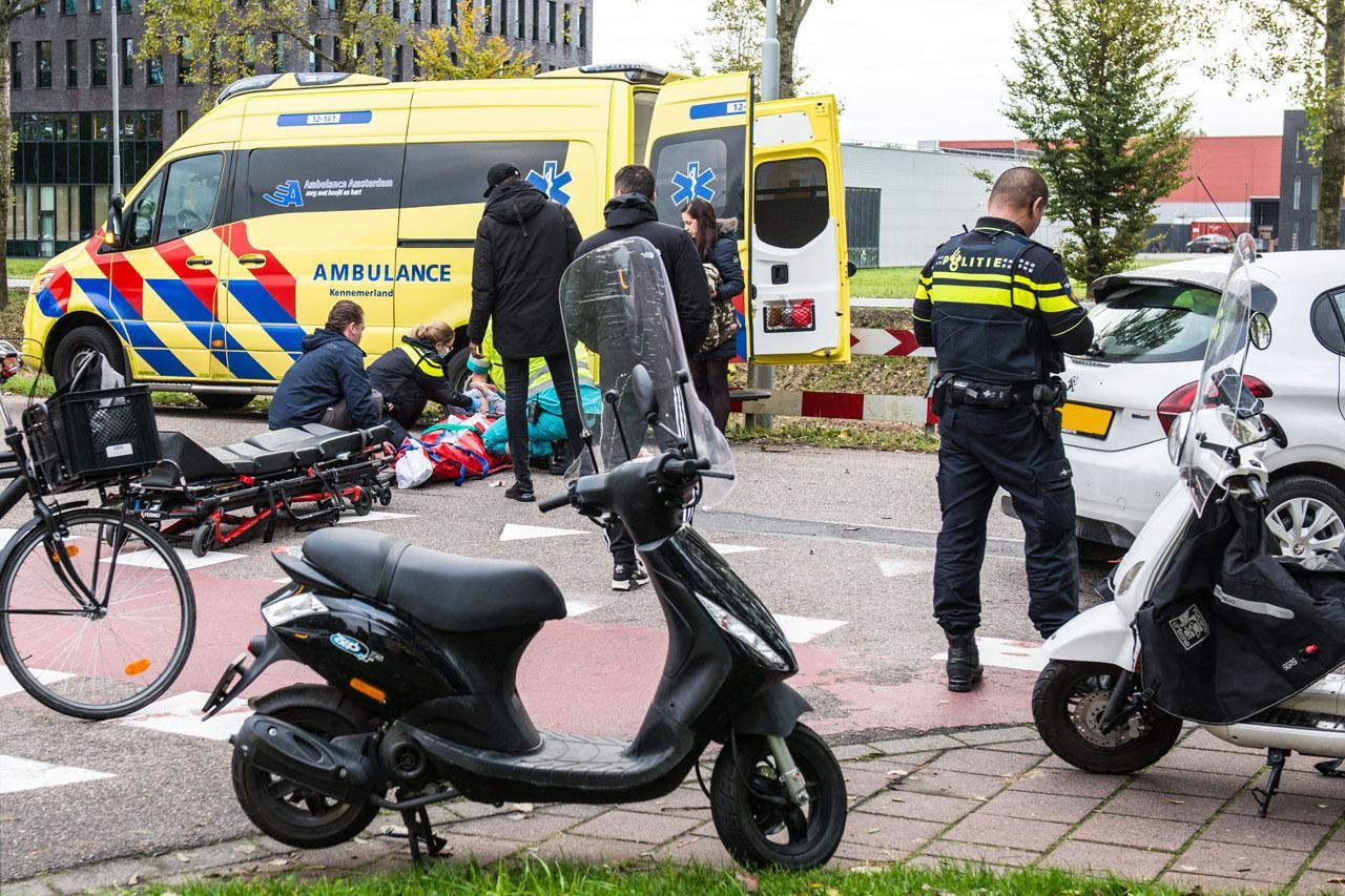 Scooterrijdster raakt gewond door aanrijding met auto in Hoofddorp
