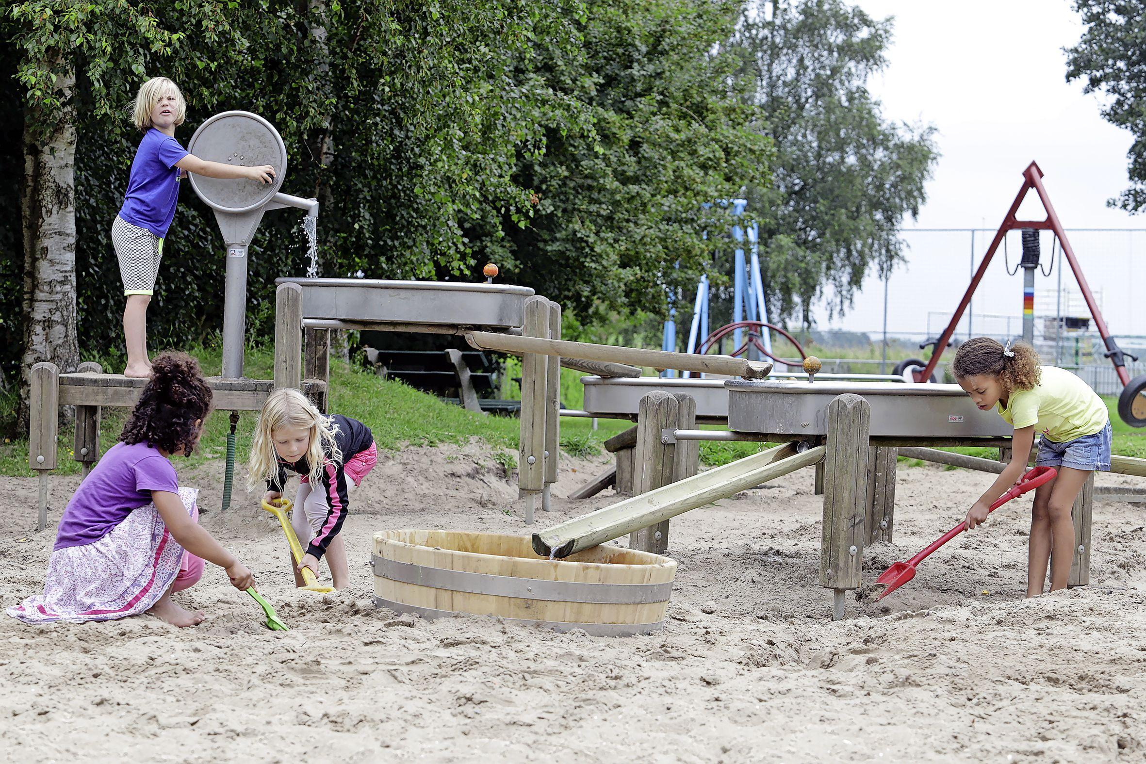 Lions Gooise Meren steunen speeltuin Don Bosco in Weesp en Stichting Voor Mekaar in Baarn