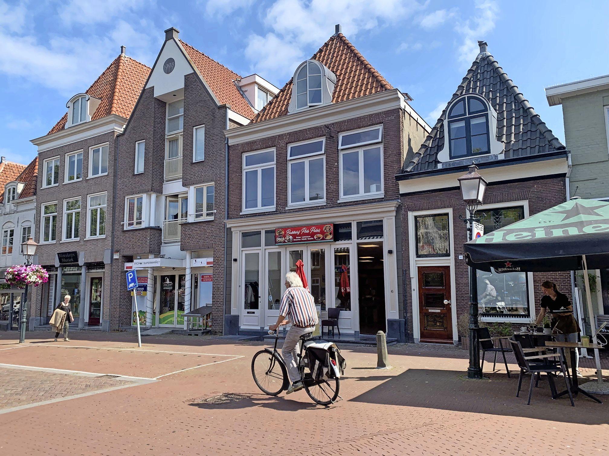 Buren Turkse bakkerij in centrum Hoorn vangen bot bij rechter