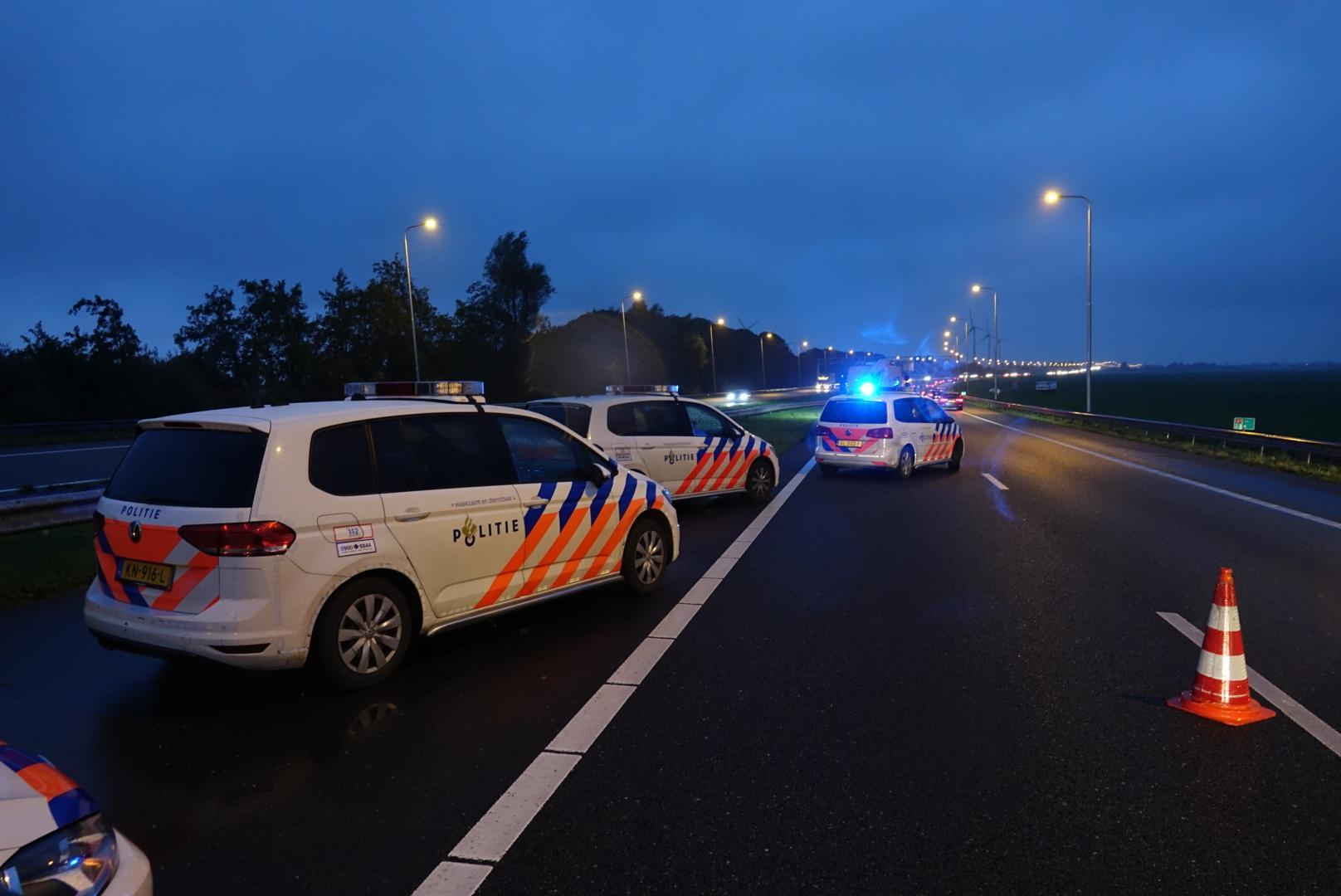 Meerdere auto's op elkaar op A7, file bij Avenhorn