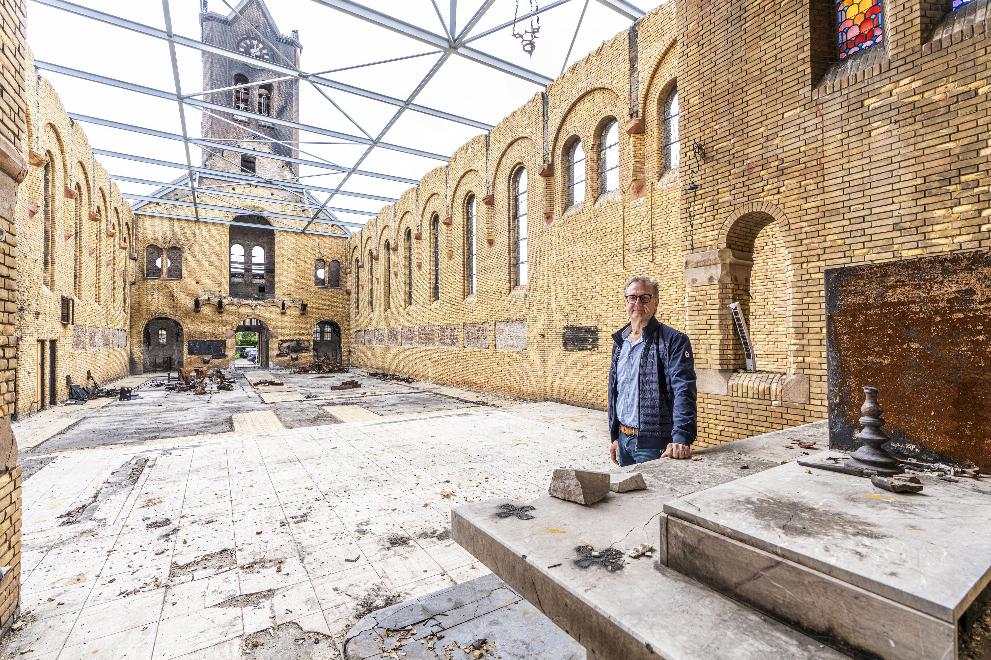 Pleidooi Luc Verbij: door brand verwoeste katholieke kerk Hoogmade moet terugkeren zoals-ie was