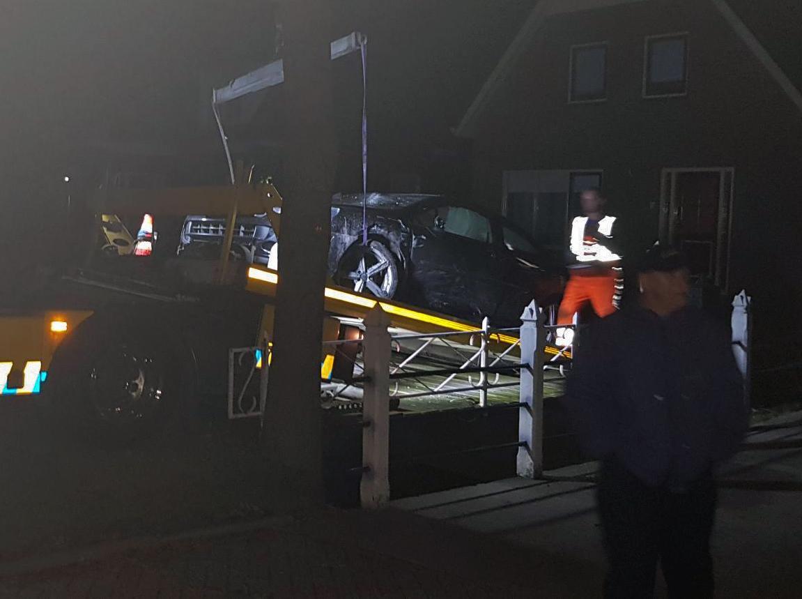 Beschonken man belandt met auto in voortuin Zwaagdijk-Oost