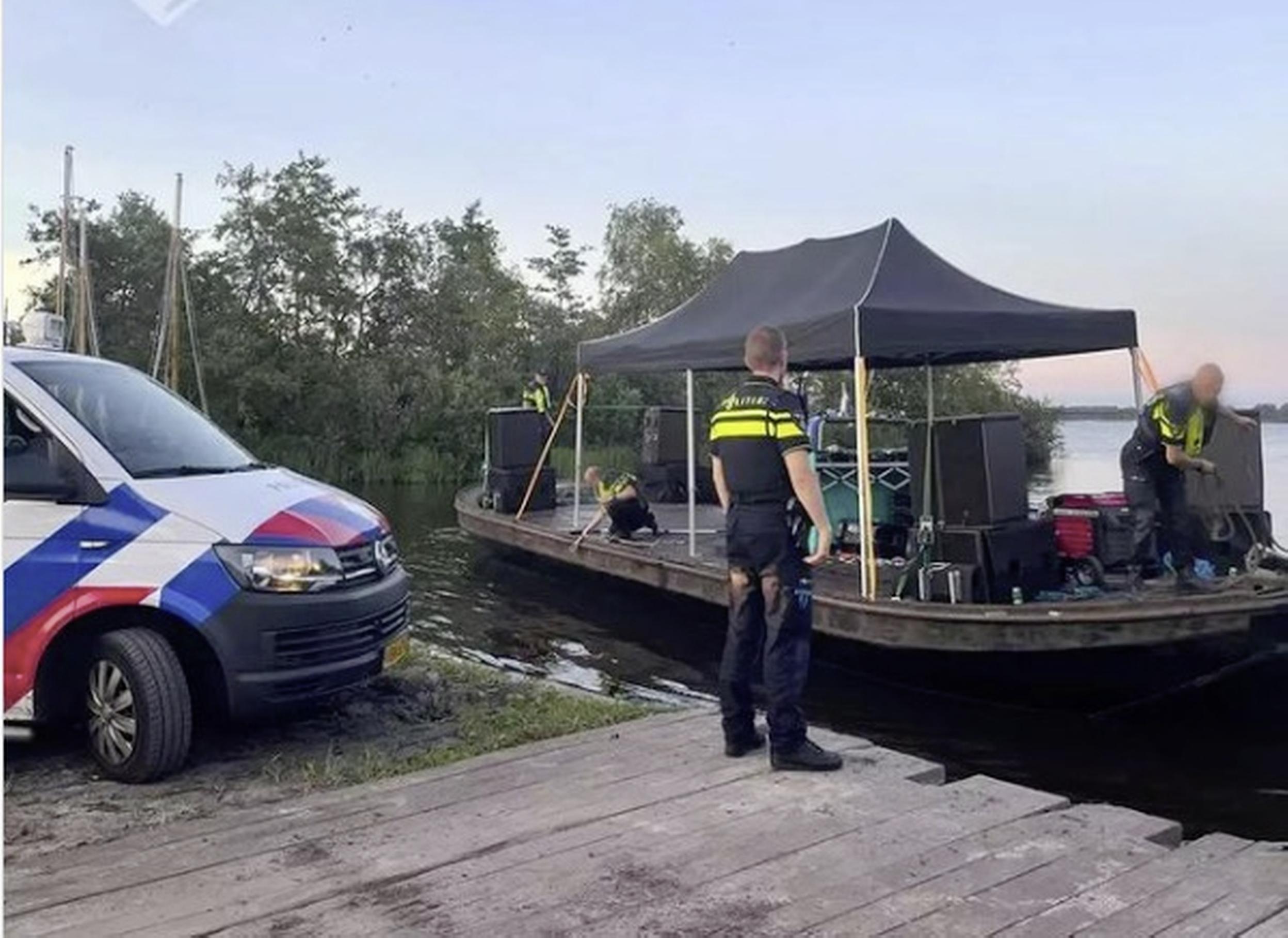 Illegaal feest met honderden feestgangers op Loosdrechtse Plassen stilgelegd, politie neemt professionele installatie in beslag