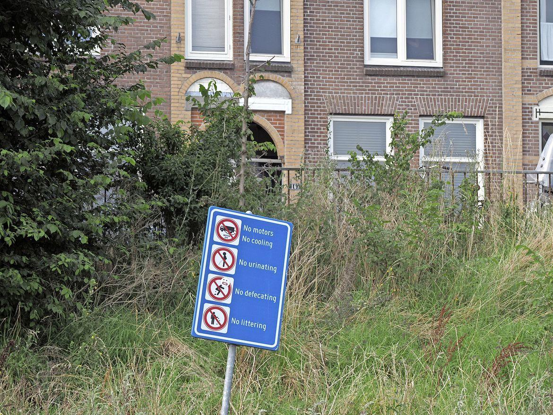 'No urinating': borden met deze tekst moeten de kamperende truckers weghouden uit het IJmuidens havengebied