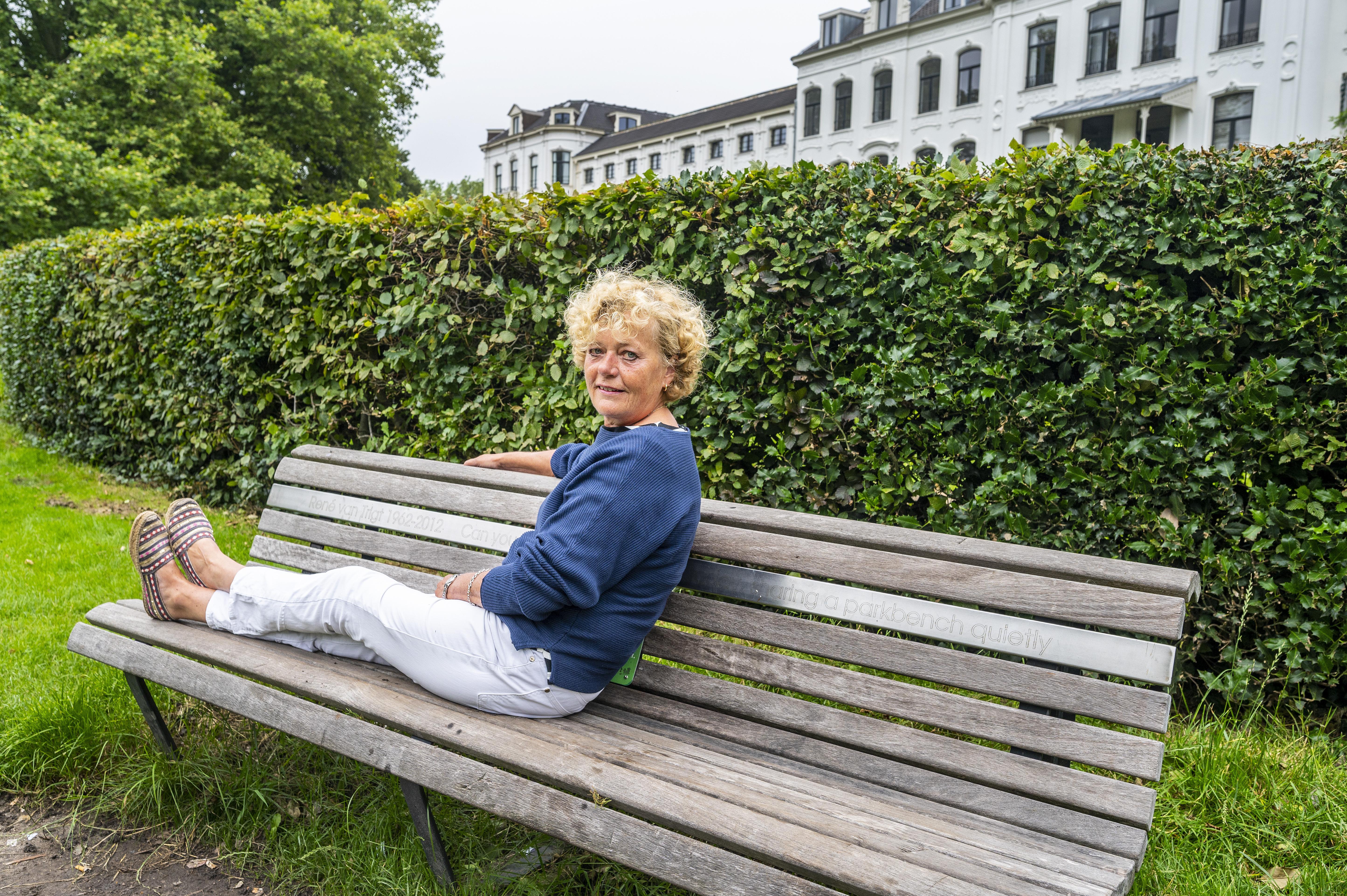 Op het bankje waar de verhalen van René van Trigt worden doorverteld. 'Met deze man wilde ik tachtig worden'