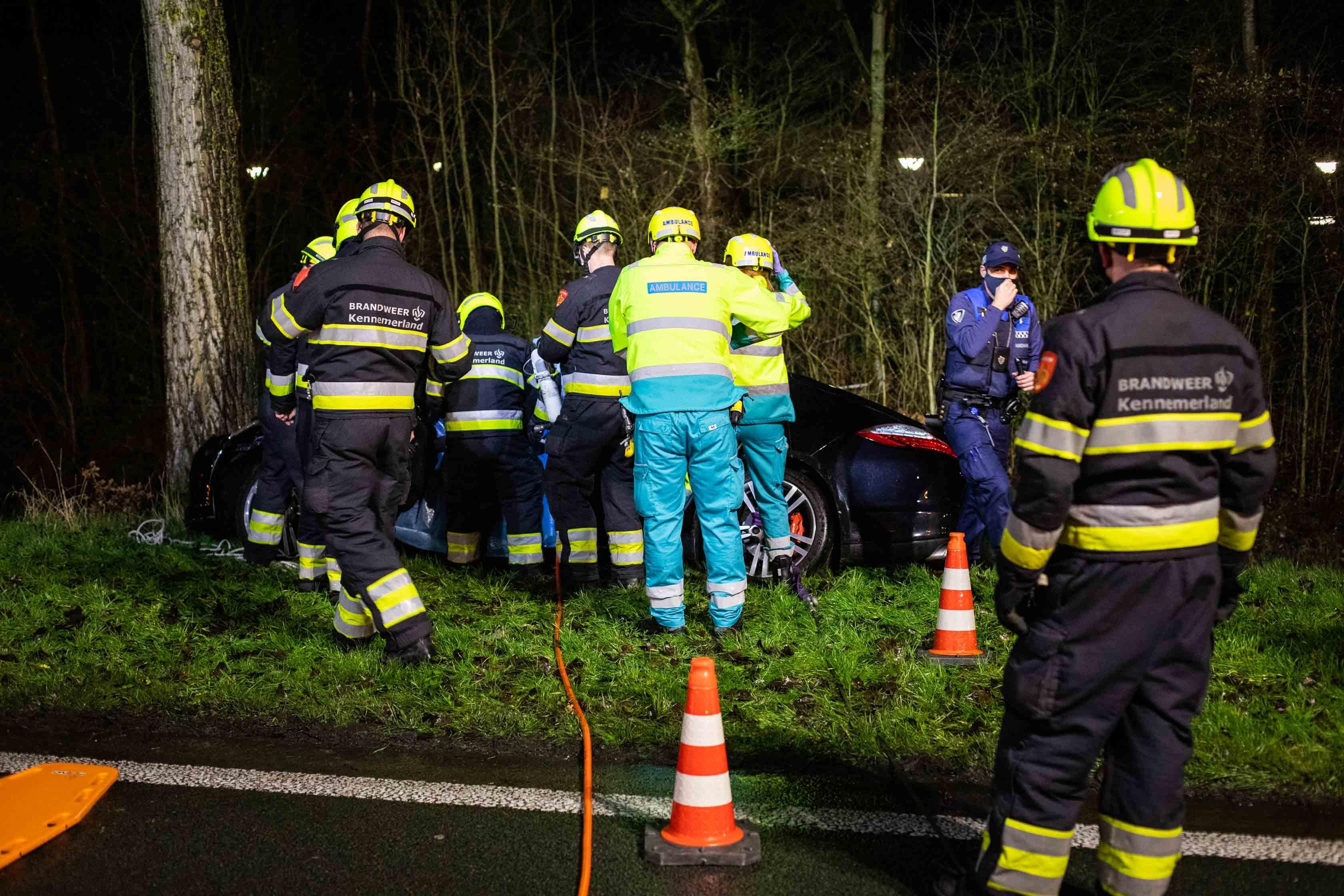 Bestuurder ernstig gewond bij botsing met boom in Hoofddorp. Brandweer bevrijdt man uit zijn Porsche