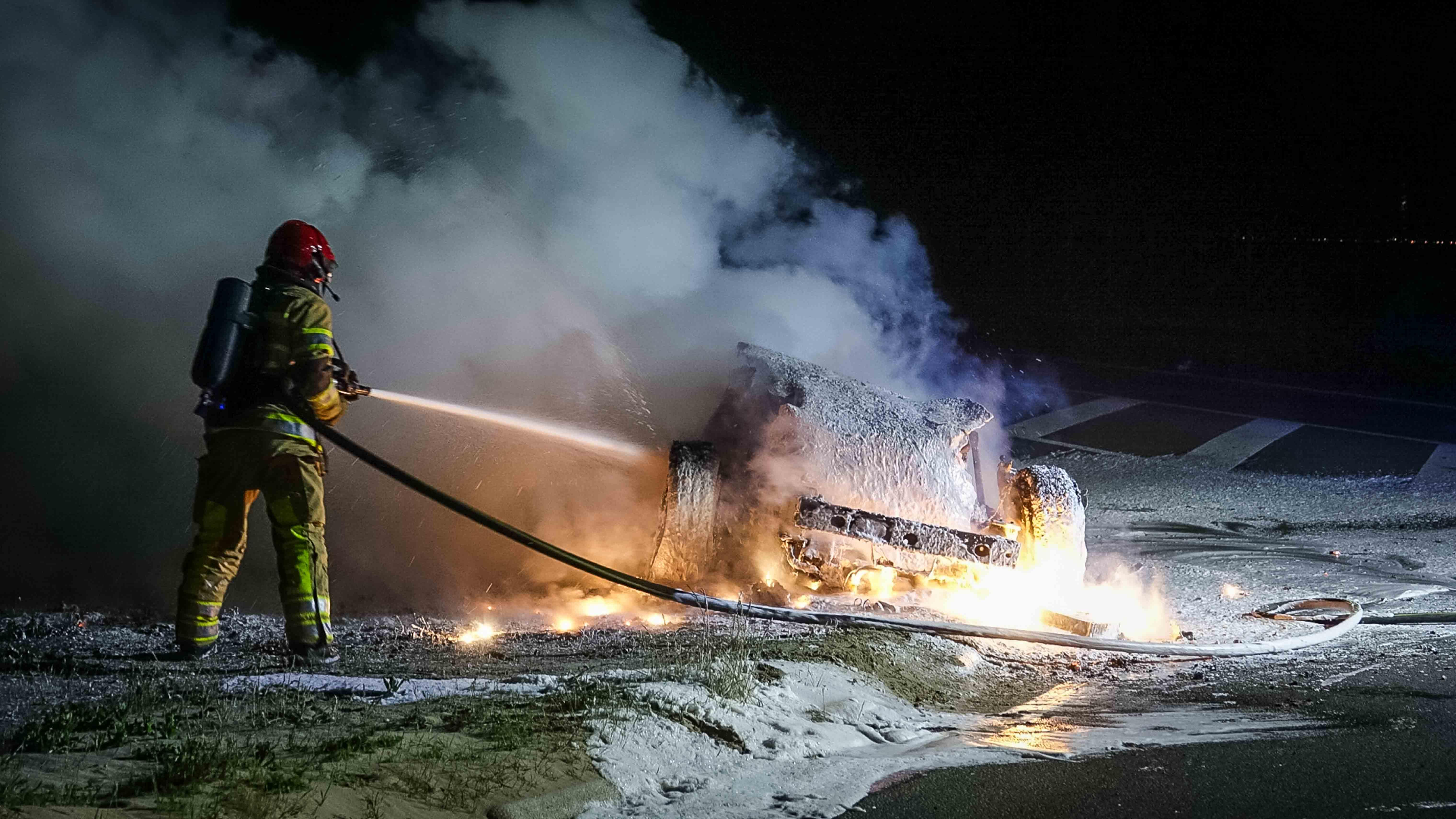 Auto vliegt tijdens rit in brand in Enkhuizen, inzittenden ongedeerd
