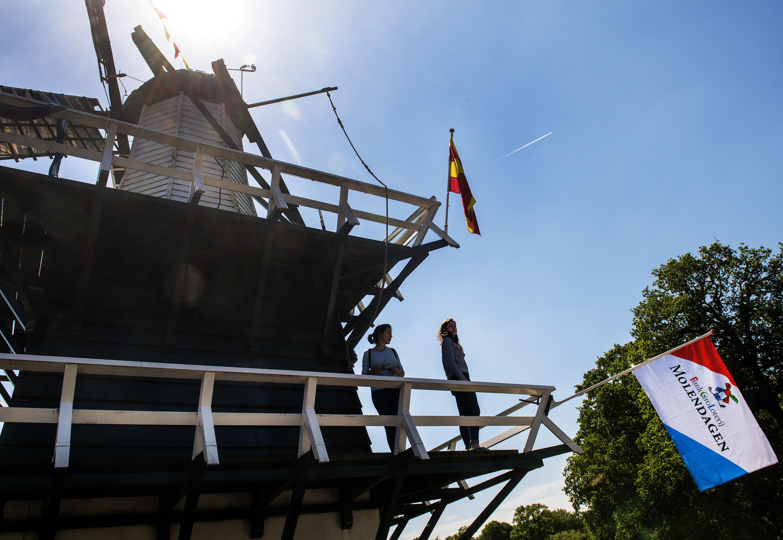 Feestje voor de VN: blauw gemeentehuis in Bloemendaal raadhuis in Heemstede en molentje