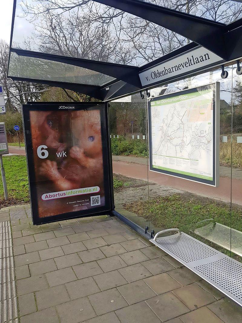 Anti-abortusposter met embryo in bushokjes bij kliniek Bloemenhove; na klachten verwijderd