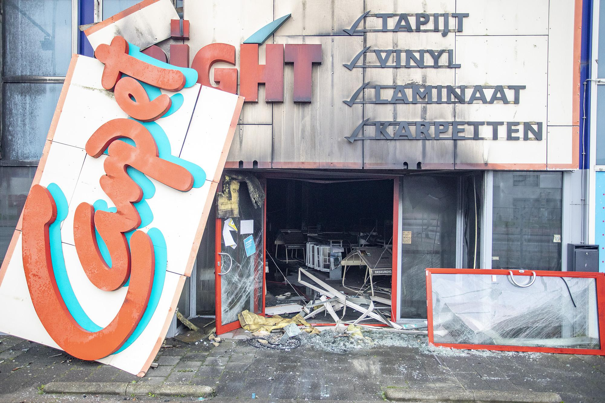 Alleen het brandalarm werkt nog na een felle brand die het pand van Carpetright in Beverwijk grotendeels verwoestte