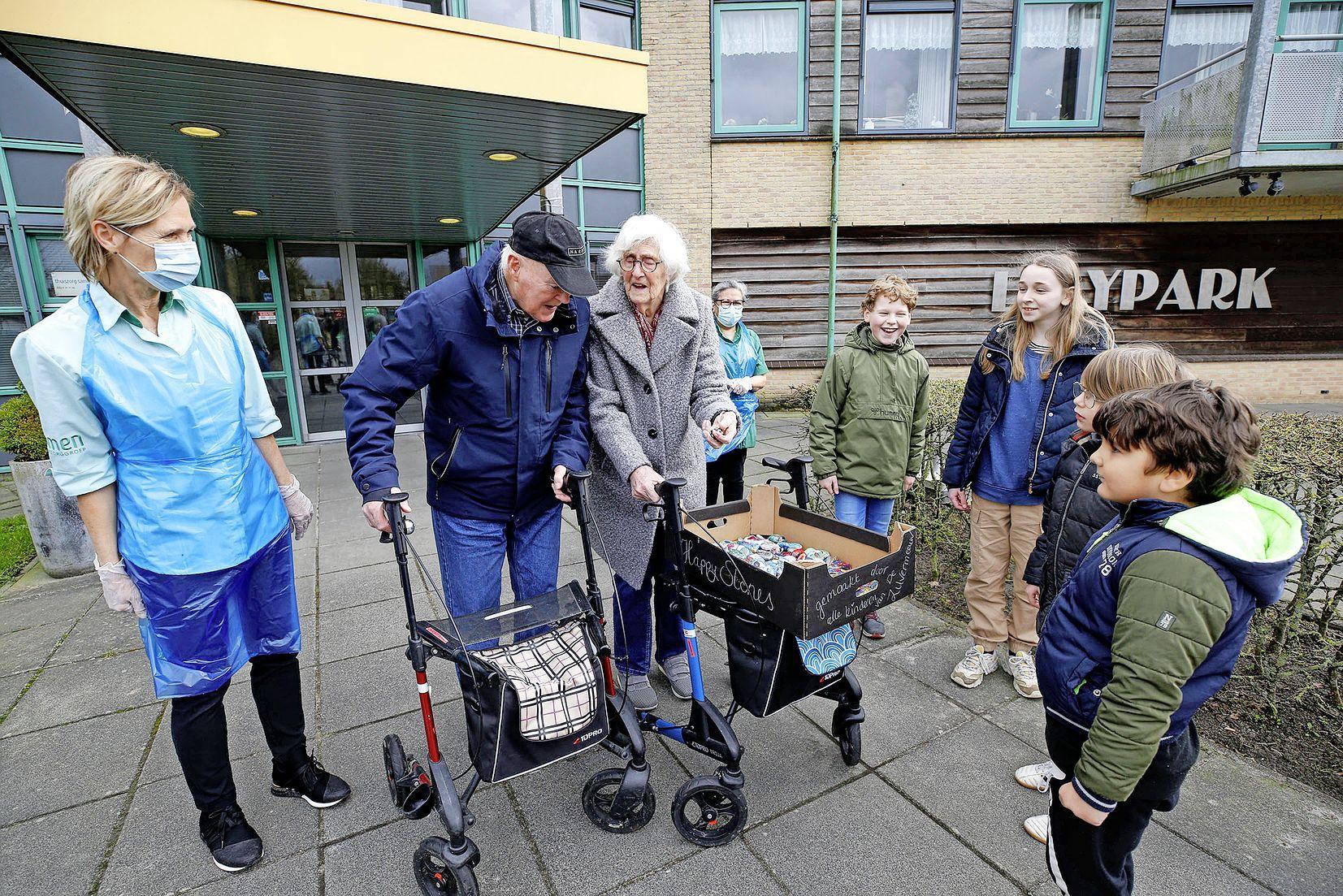 Blij met een kei, basisschooljeugd maakt happy stones voor ouderen