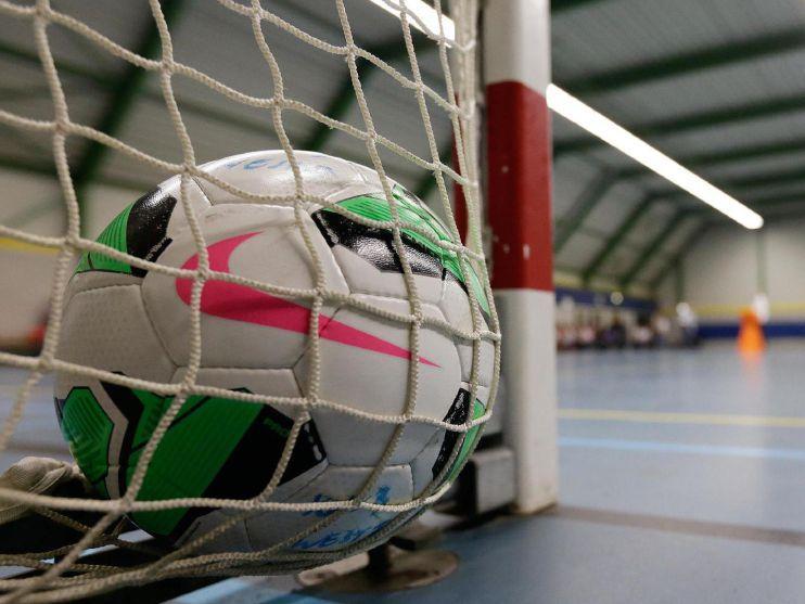 Met 0,2 seconden op de wedstrijdklok pakken zaalvoetballers HV/Veerhuys toch de zege in Volendam