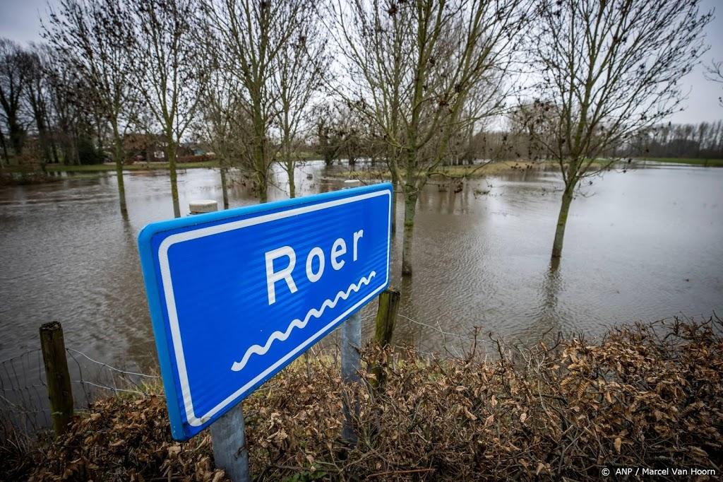 Stuurloze grindbakken op Maas bij Roermond in veiliger water
