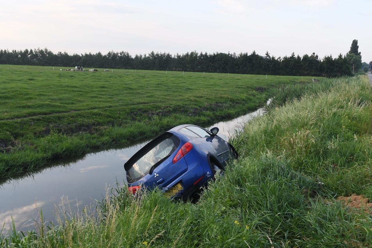 Auto in slootkant achtergelaten in Oud Ade