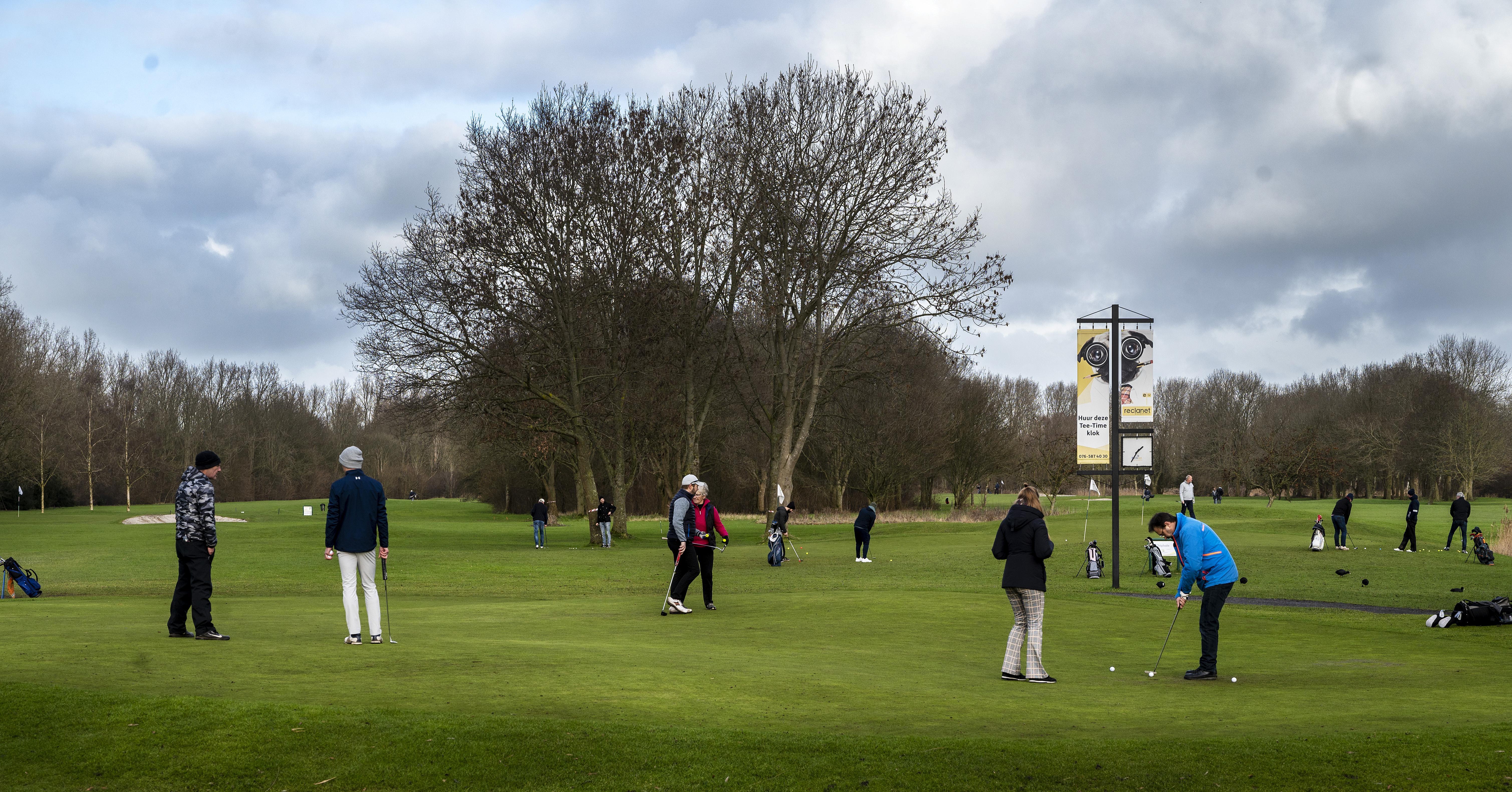 Drukte op de golfbanen in Heemskerk en recreatiegebied Spaarnwoude: 'Verder kan niets, en je wilt toch even lekker naar buiten'