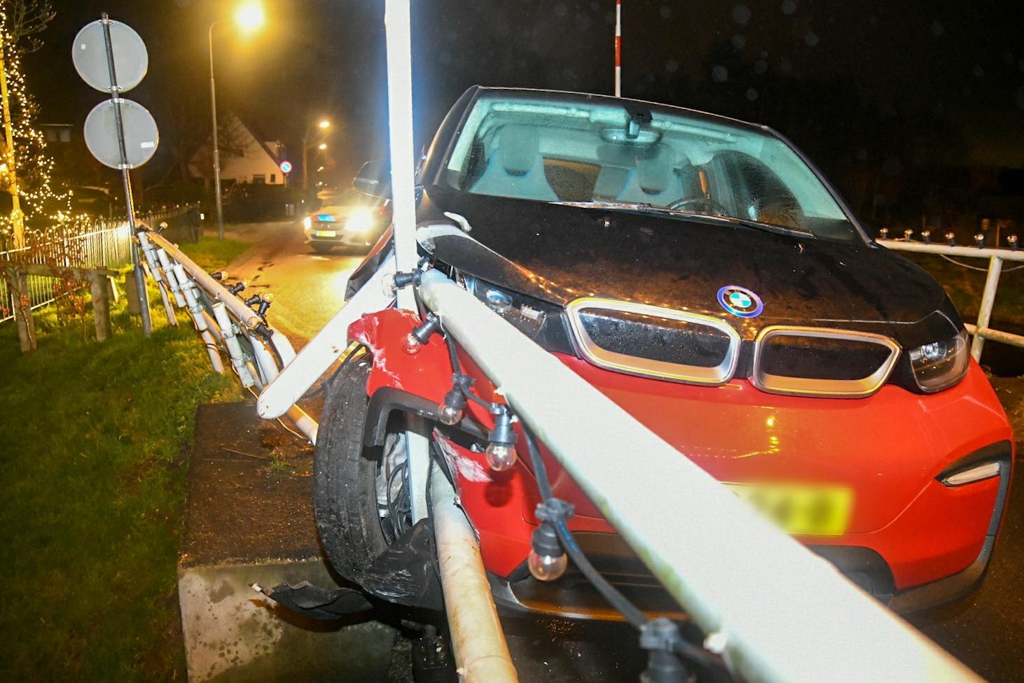 Auto botst tegen brug in Kortenhoef, bestuurder was al naar huis [update]