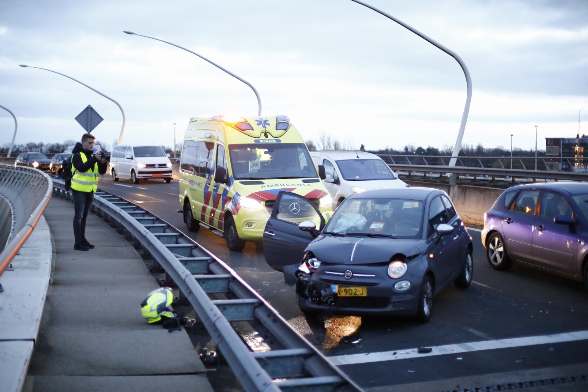 Auto's op elkaar gebotst in Haarlem; vrouw gewond naar ziekenhuis