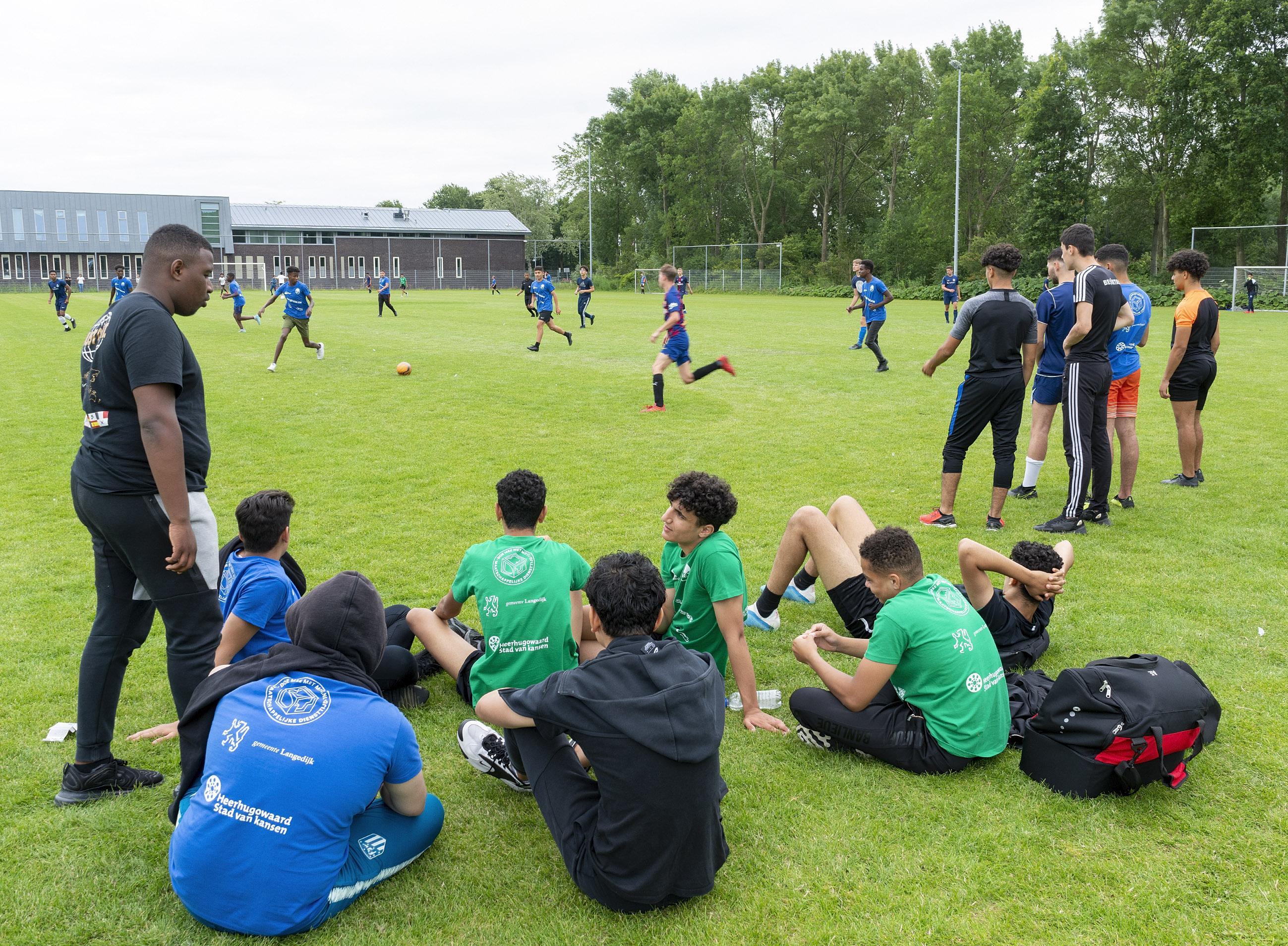 'Ik had niet verwacht dat het niveau zo hoog zou zijn.' Jermaine (15), jeugdspeler van Ajax, doet mee aan het voetbaltoernooi dat door jongeren uit Heerhugowaard en Langedijk zelf wordt georganiseerd.