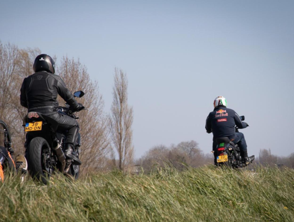 Omwonenden zijn herrie van motoren op zonnige dagen over de Zuiderdijk bij Wijdenes helemaal zat [video]