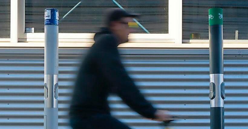 Van rookpaal tot laadpaal: asbakken op het station krijgen een nieuw leven als opladers voor elektrische fietsen