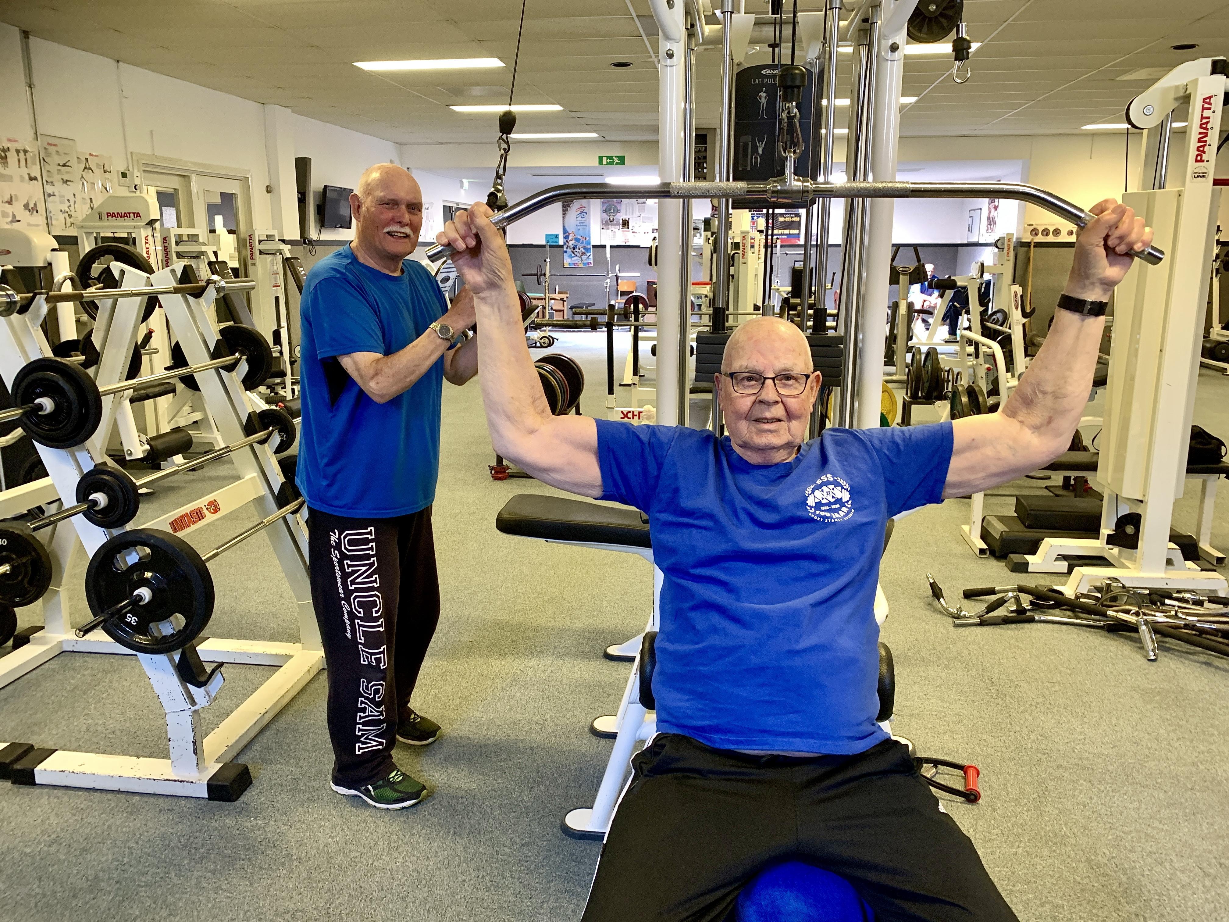 ,,Waar ik tegenop zie is dat je niks meer kunt. Tot die tijd ga ik door'', zegt Gijs (84). Met vaste trainingsmaat Dolf (73) is hij twee keer in de week bij krachtsportvereniging SSS aan de gang.