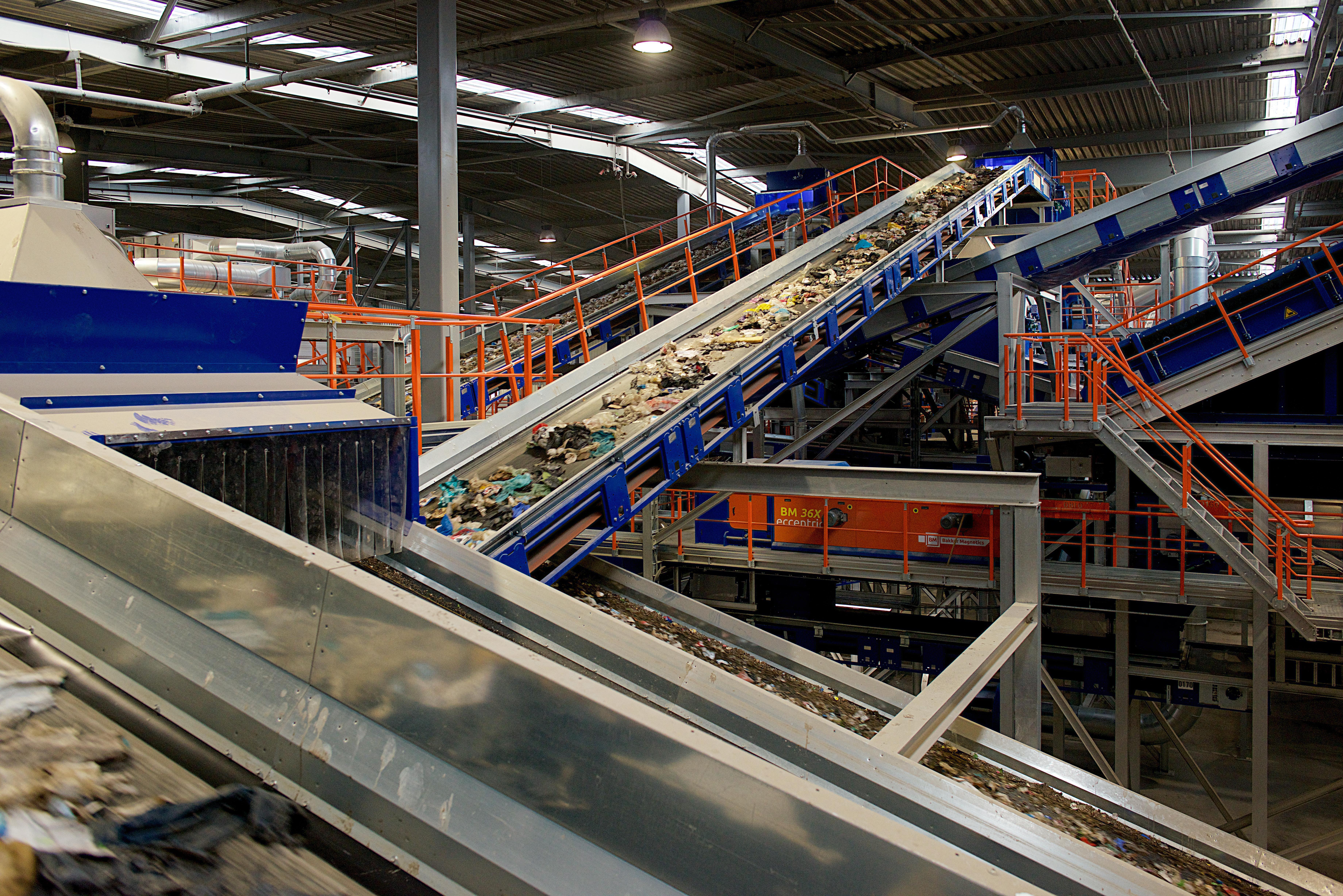 Volgens recyclaar GP Goot helpt afval scheiden thuis wel degelijk. ,,Scheiding wordt zelfs steeds belangrijker''