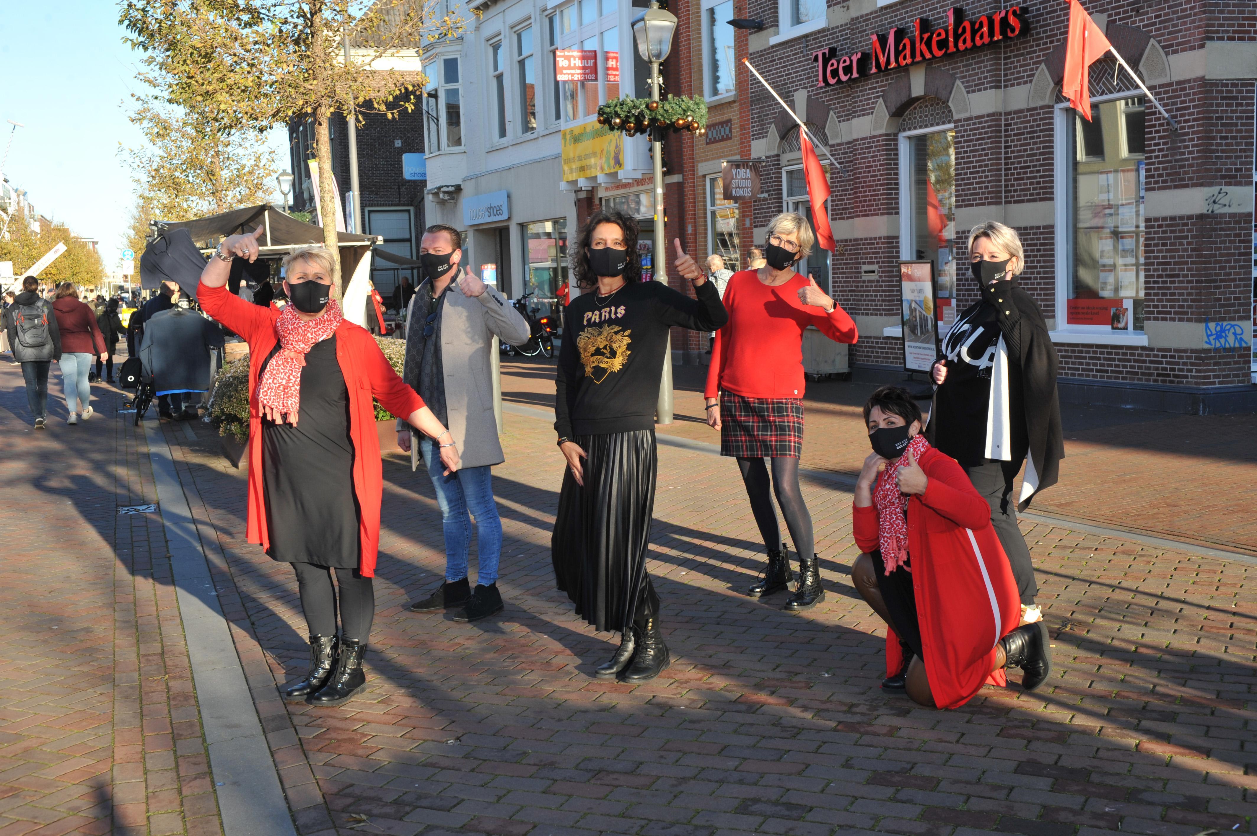 Winkeliers in centrum van Beverwijk delen zaterdag mondkapjes uit aan winkelend publiek met als boodschap: 'Doe lief voor je medemens'