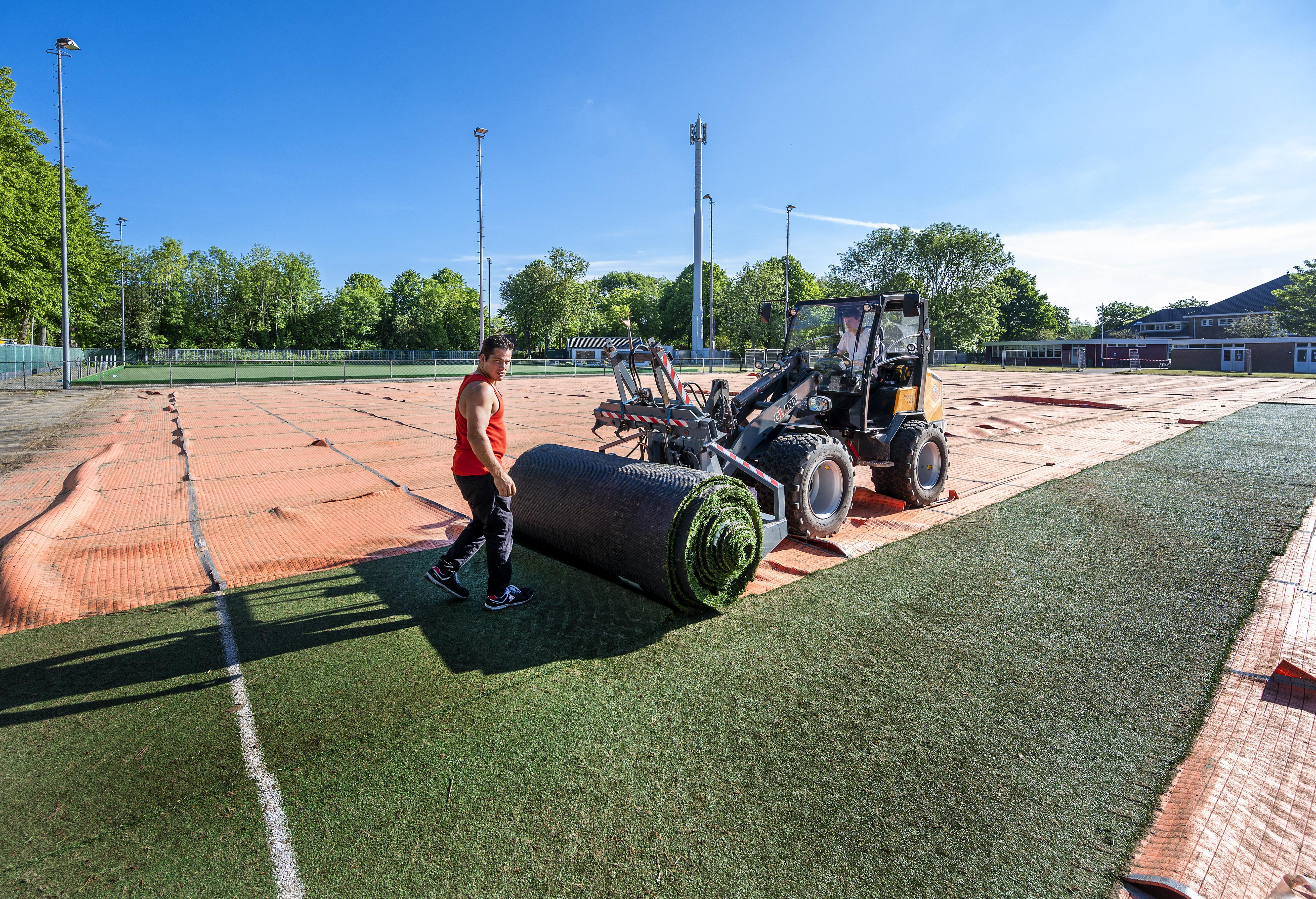 Haarlemse korfbalclub Oosterkwartier kan weer jaren vooruit met nieuwe kunstgrasmat