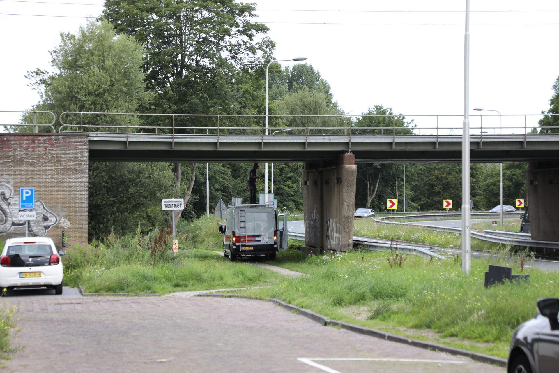 Spoorviaduct geraakt door te hoge vrachtwagen; treinverkeer gestremd tussen Haarlem en Leiden
