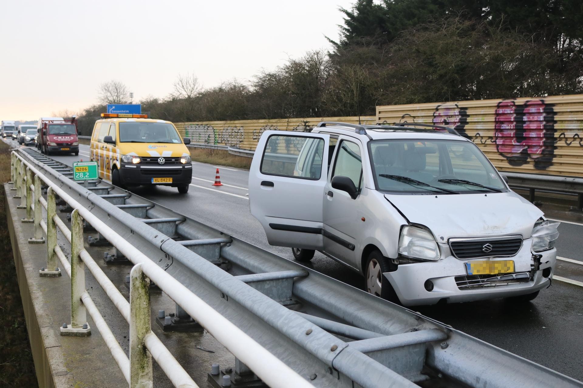 Auto total loss na ongeval op N206; files van en naar Noordwijkerhout