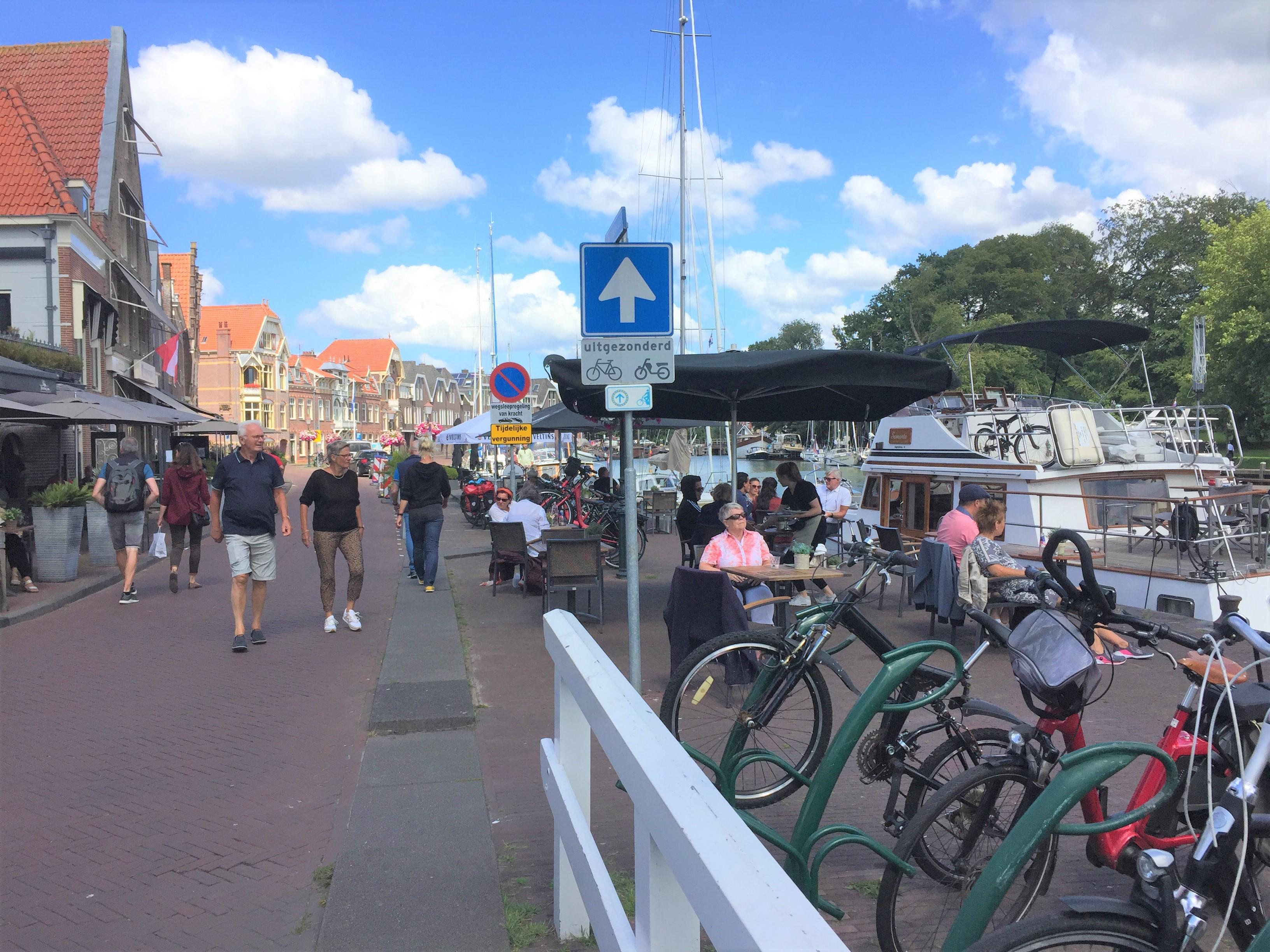 Actie bewoners havenkwartier Hoorn tegen permanente terrassen
