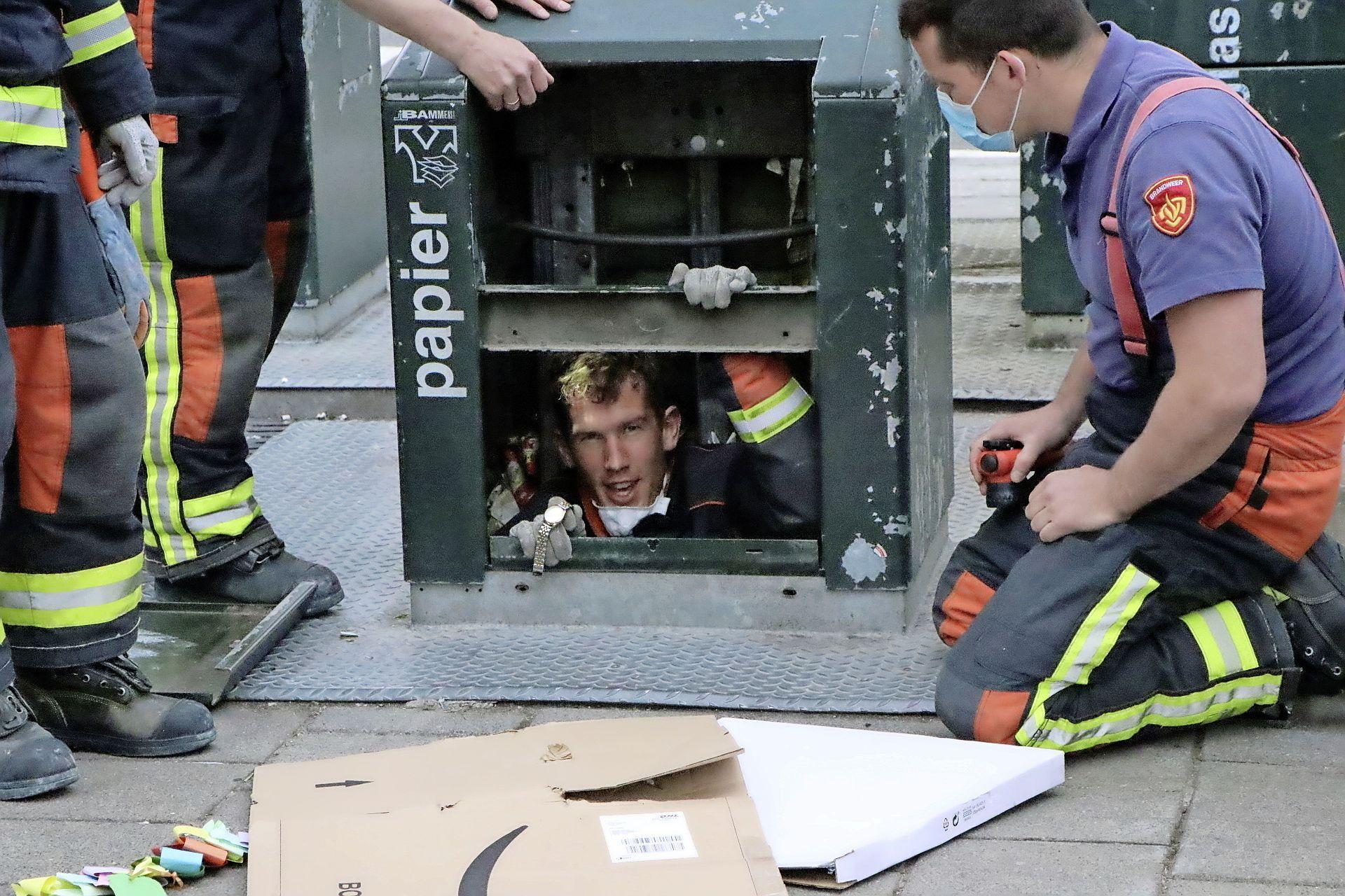 Brandweerman kruipt in ondergrondse container voor gevallen horloge: 'De jonkies moeten er maar in kruipen'