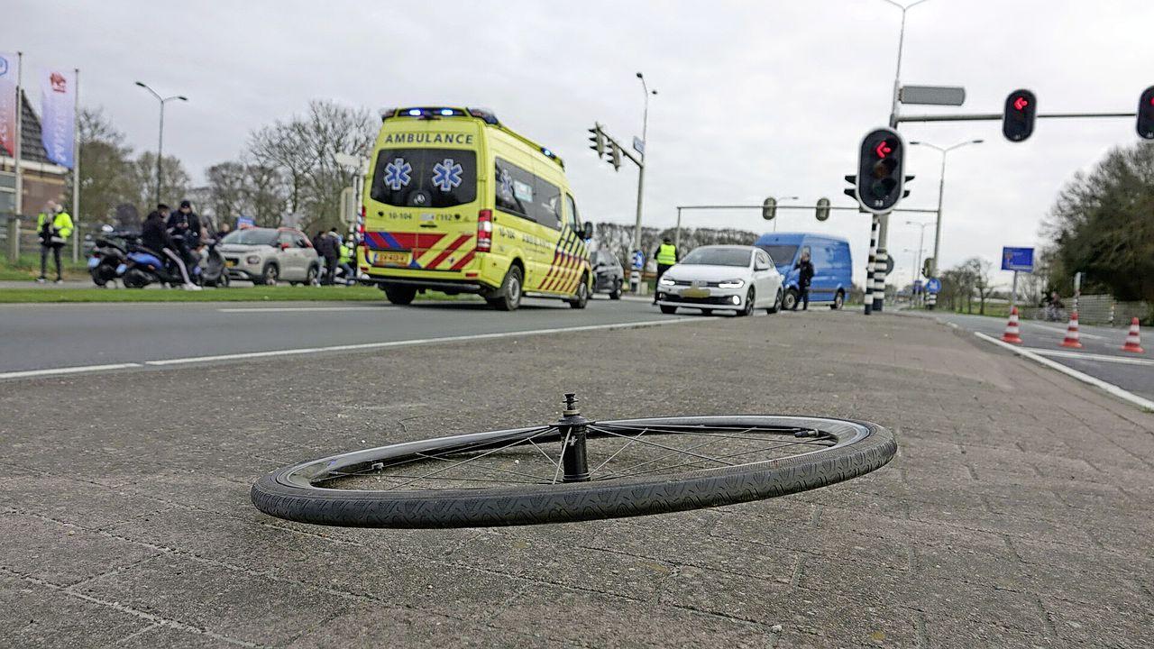 Wielrenner (74) met spoed naar ziekenhuis na aanrijding met auto in Enkhuizen