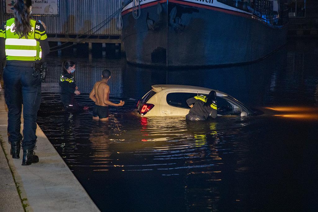 Agenten halen vrouw uit te water geraakte auto in Haarlem