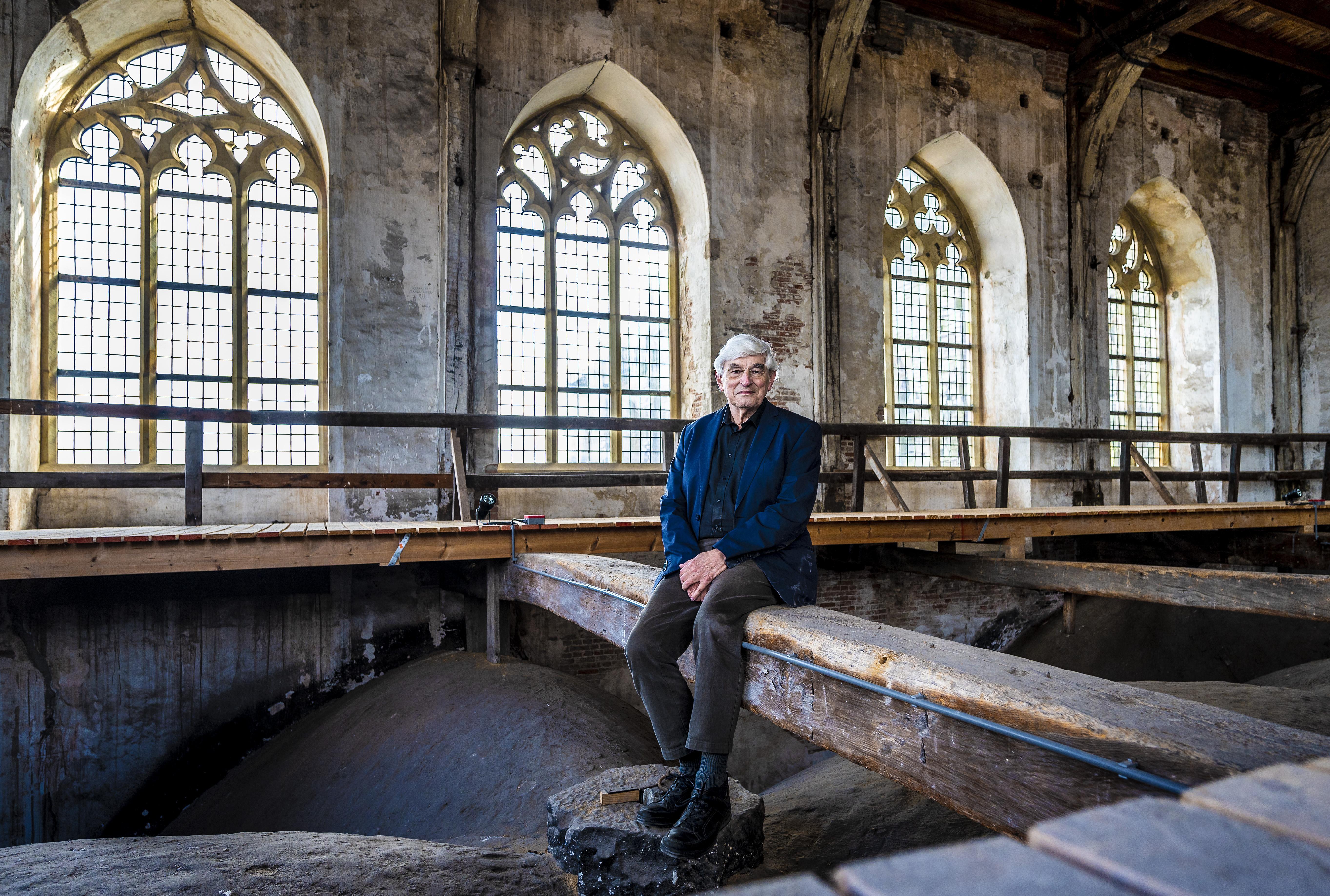Alleen in een roman valt uit te leggen hoe de Haarlemse Grote of St.-Bavokerk nou eigenlijk zijn toren kreeg