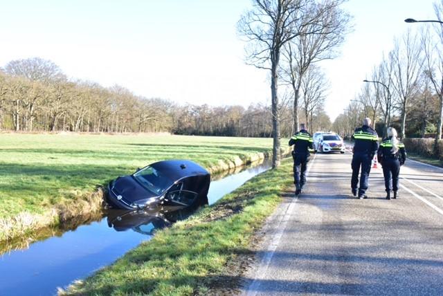 Auto belandt in de sloot langs de weg in Wassenaar