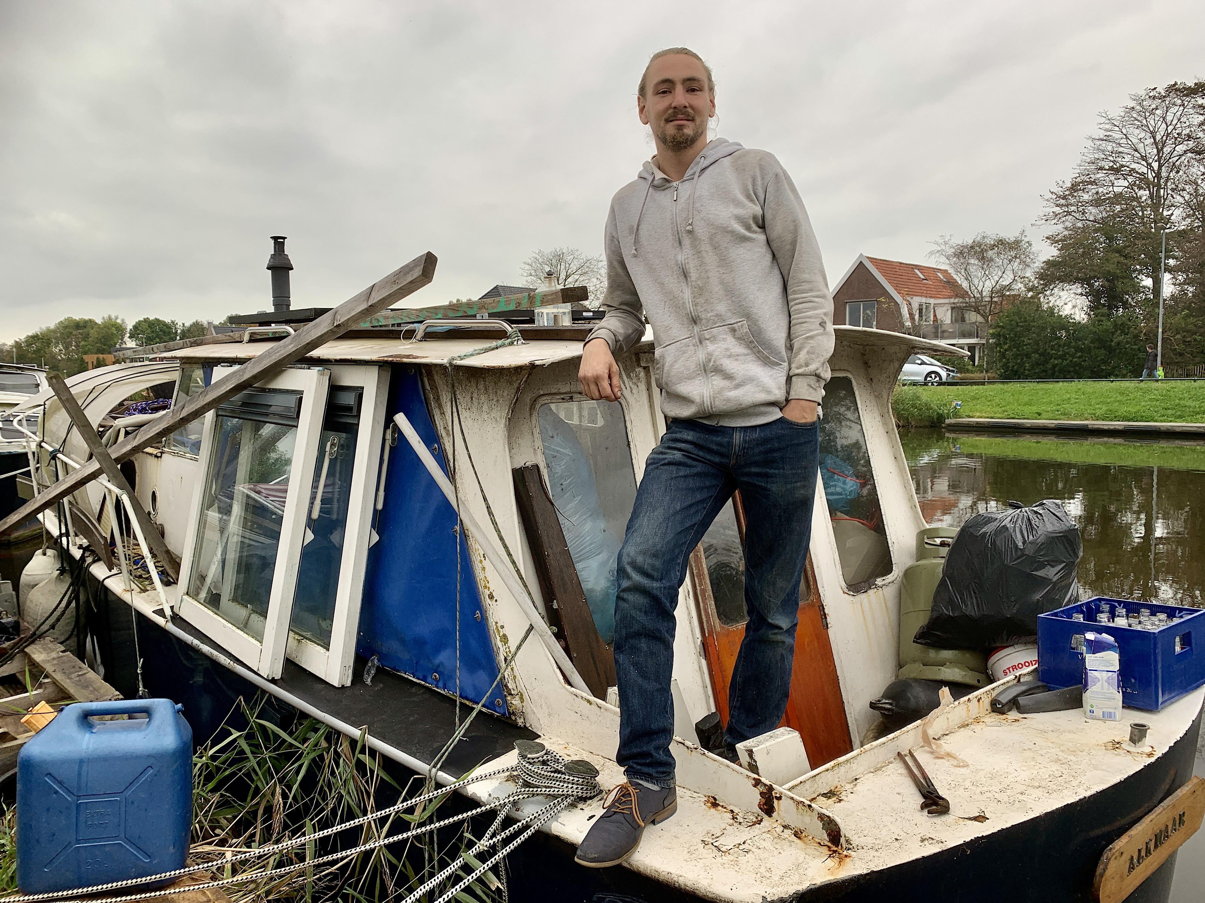 Op z'n bootje in de Hoornsevaart leidt de 27-jarige Lorenzo zijn minimalistische leven