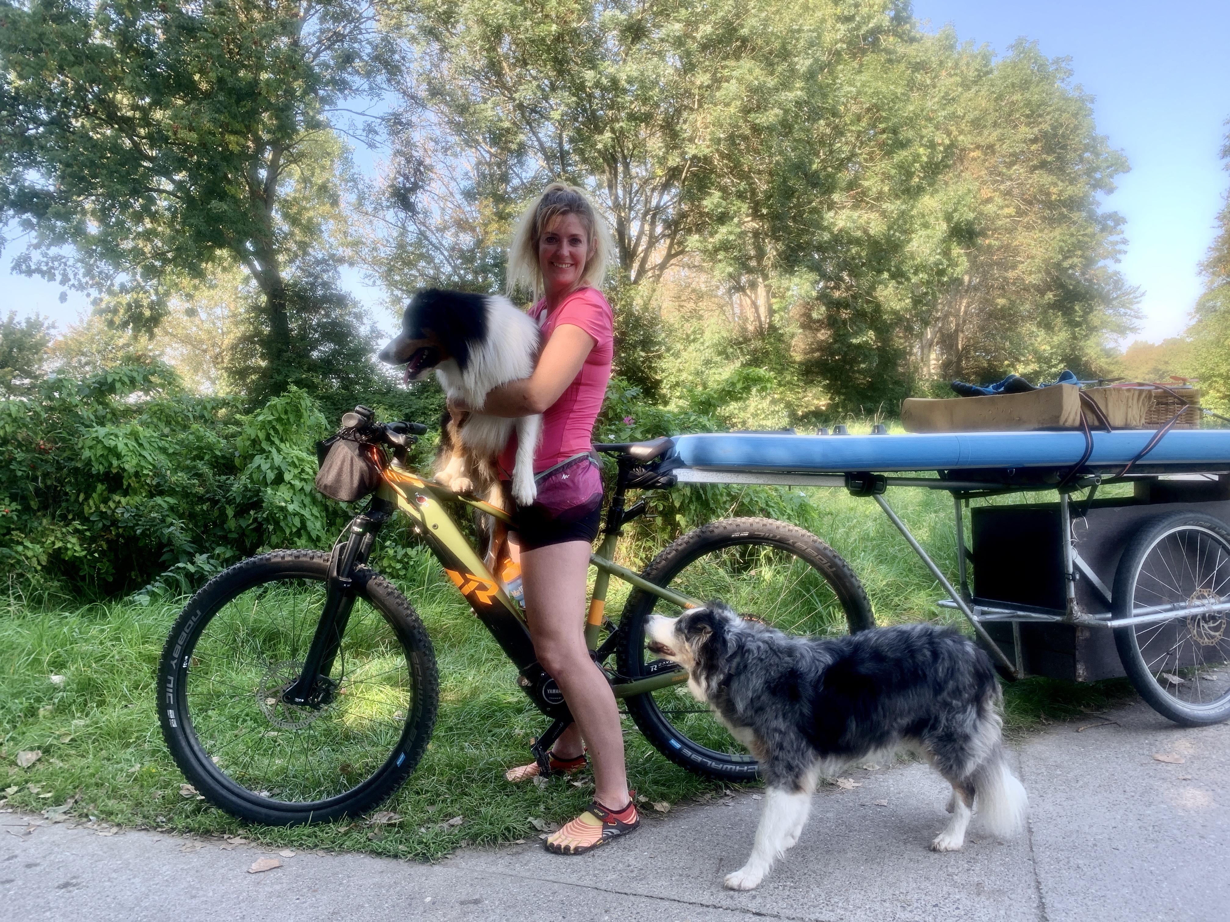 Onderweg: Yvonne van der Stok (43) uit Petten doet het liefst alles op de fiets. Goedkoper, beter voor het milieu en veel leuker dan de auto