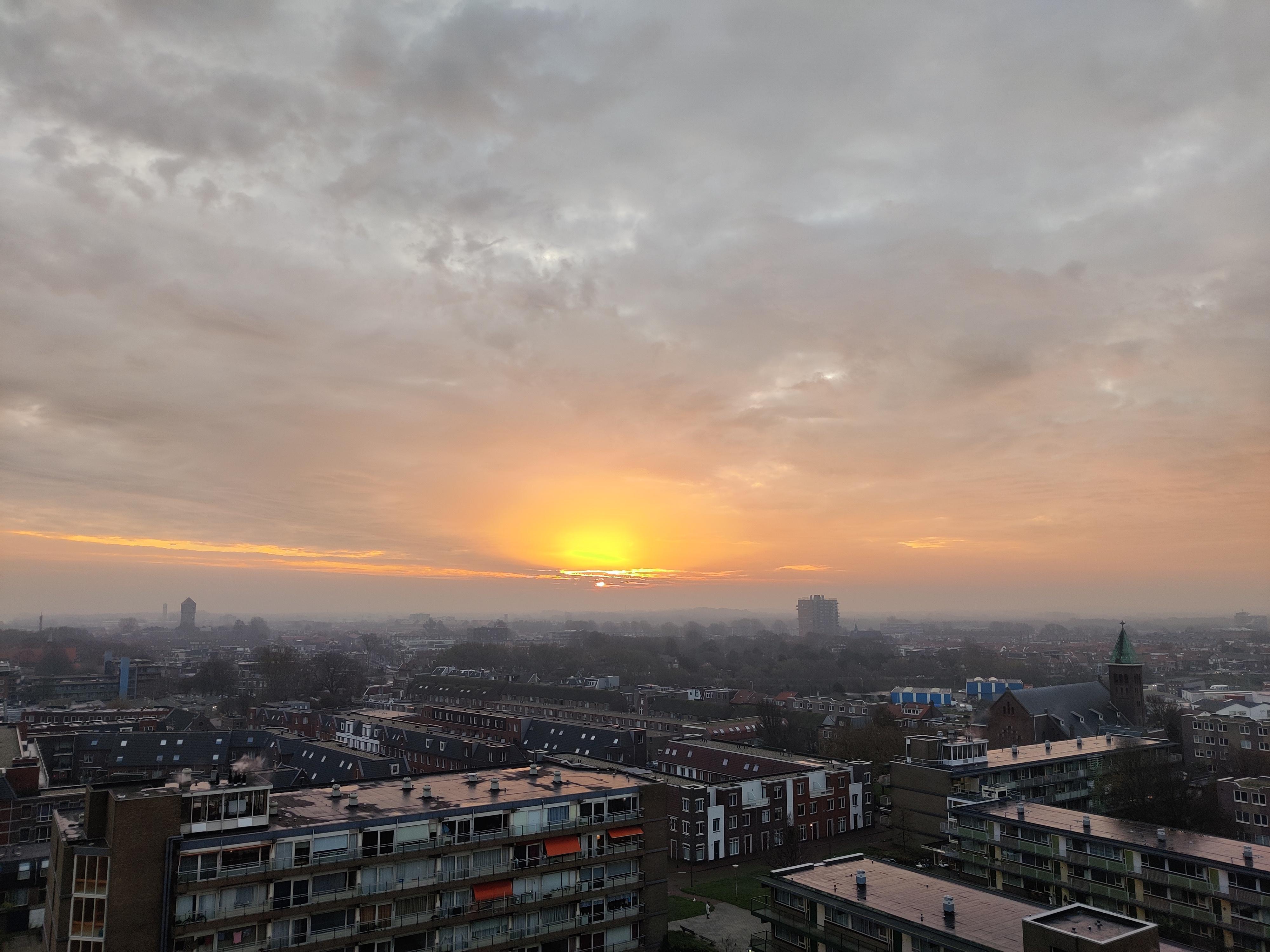 'IJmuiden ontwaakt', lezersfoto vanaf de toren van Breezicht