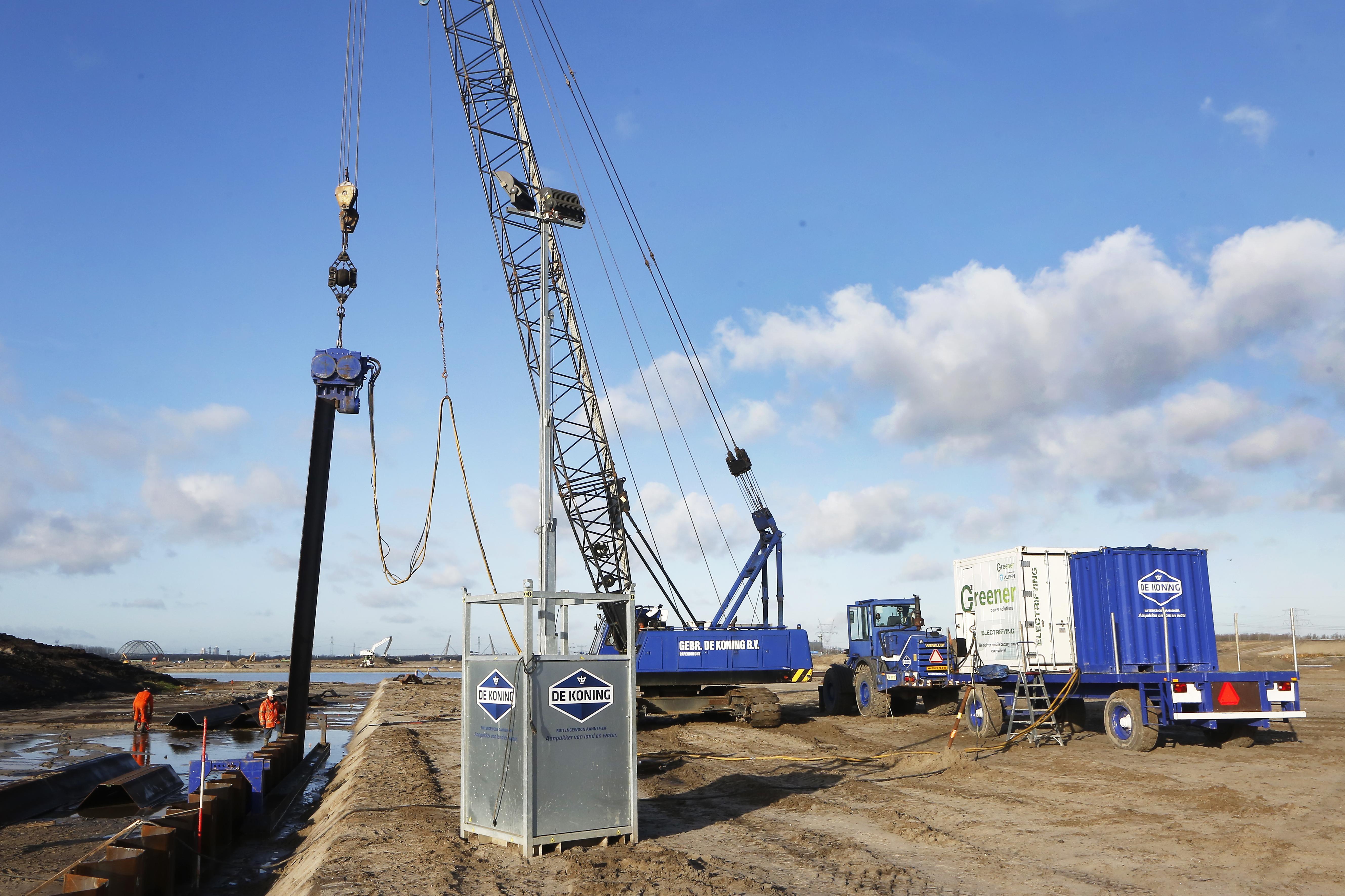 Ook bij bouw in Weespersluis wordt zo 'groen' mogelijk gewerkt: duurzaam damwanden slaan, er komt geen lawaaiig dieselapparaat meer aan te pas