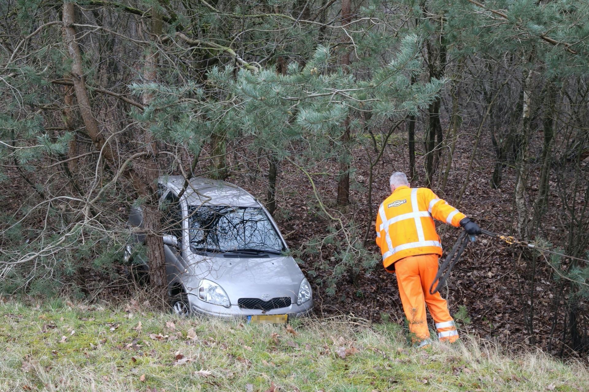 Auto belandt achterstevoren in de bosjes bij crash op de A1 bij Eemnes