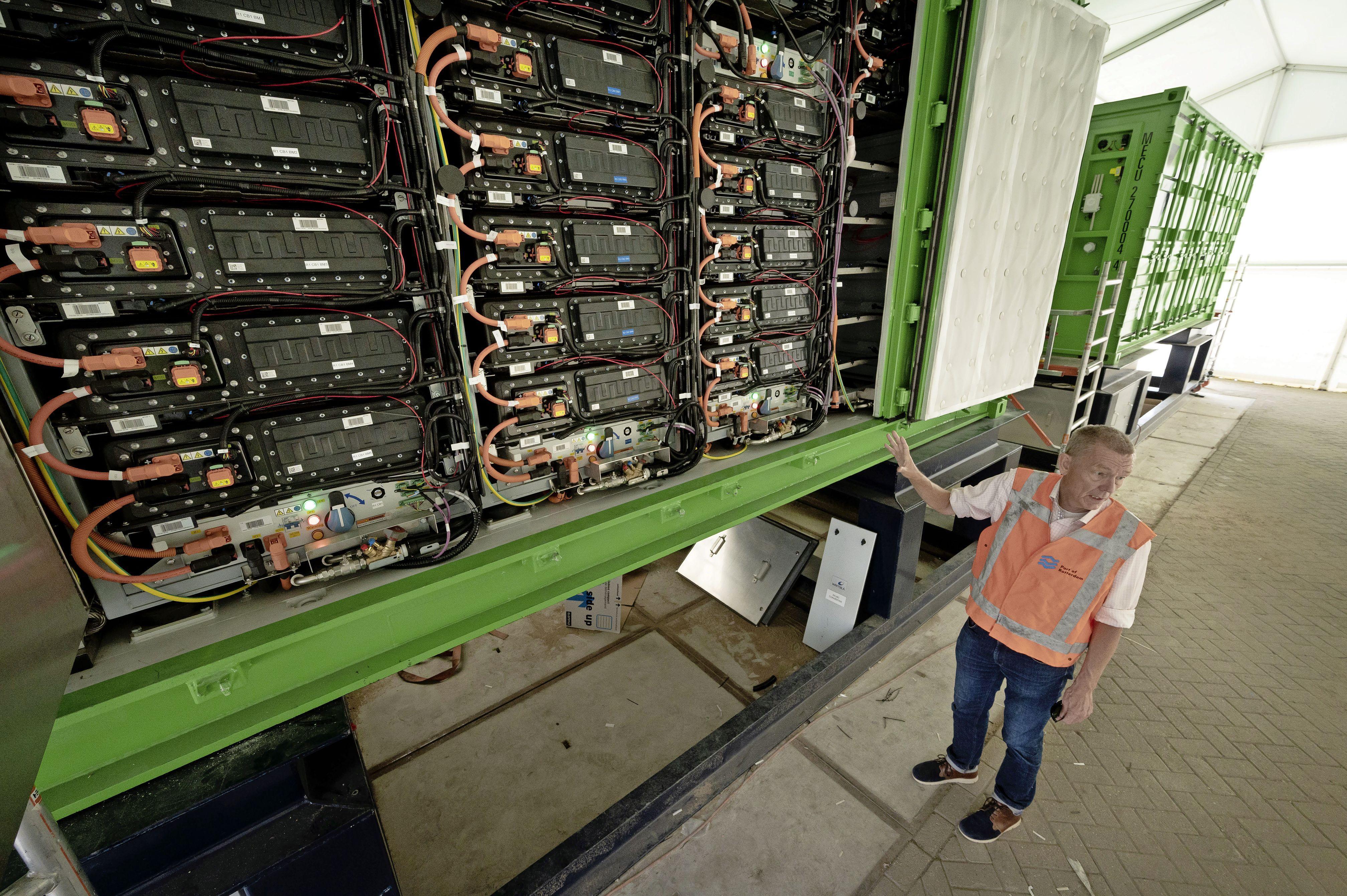 Containers vol bier varen op de kracht van 36 Tesla's. De elektrische revolutie in de binnenvaart begint in Alphen