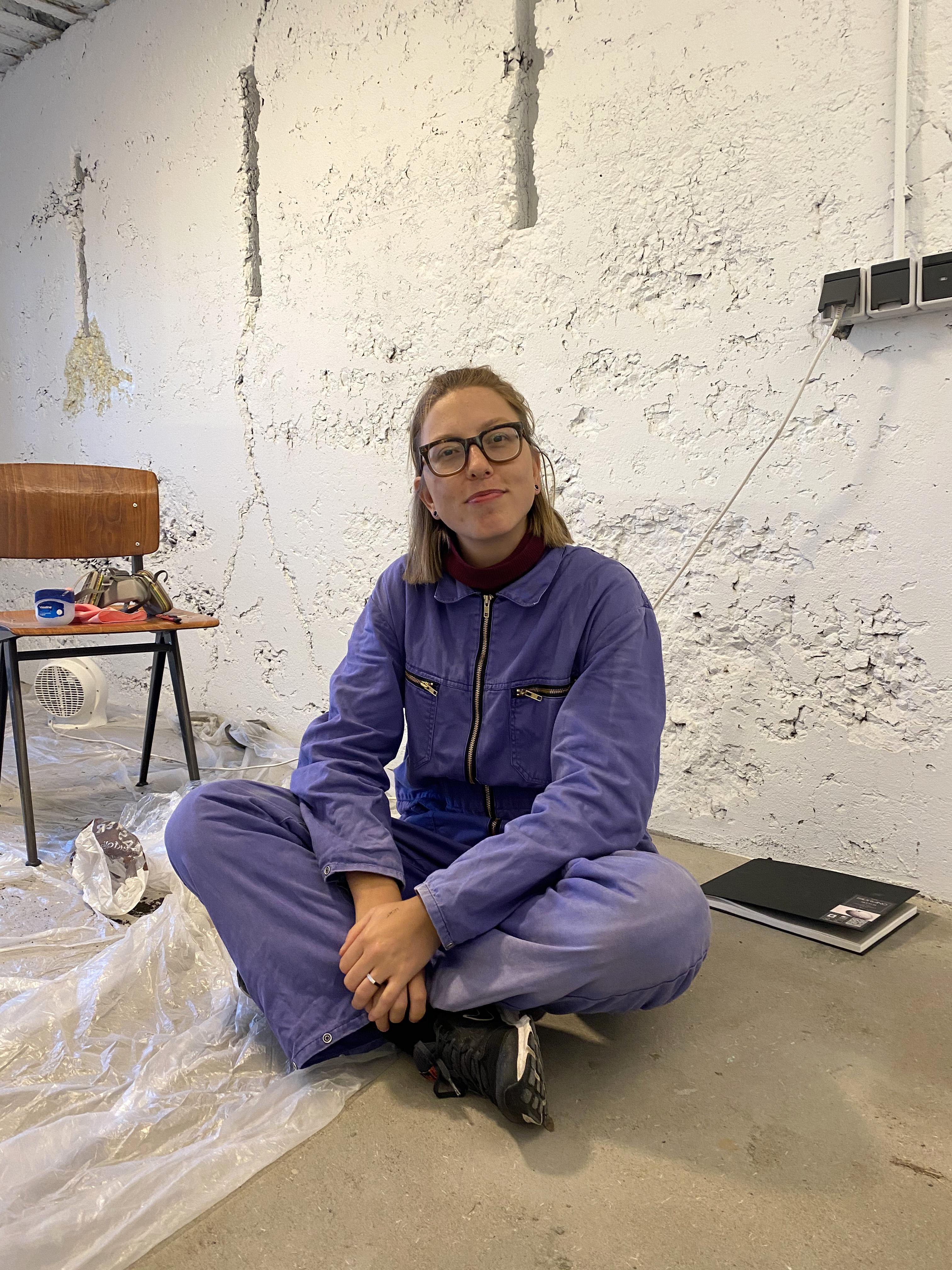 Kunstenaar Emma Kroos werkt drie maanden in eenzaamheid in de Batterij: 'Ik knuffel zo'n gebouw voor ik begin, zeg maar'