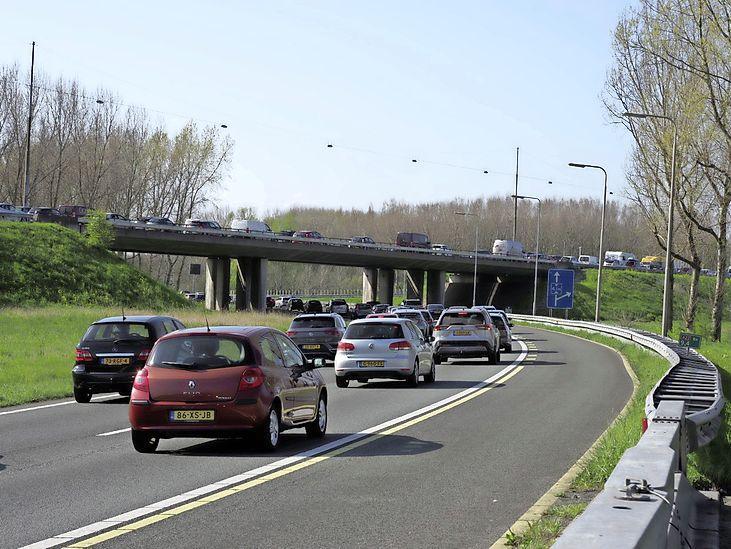 Lange files vanaf Velsen door ongeval met meerdere auto's; richting Alkmaar half uur vertraging