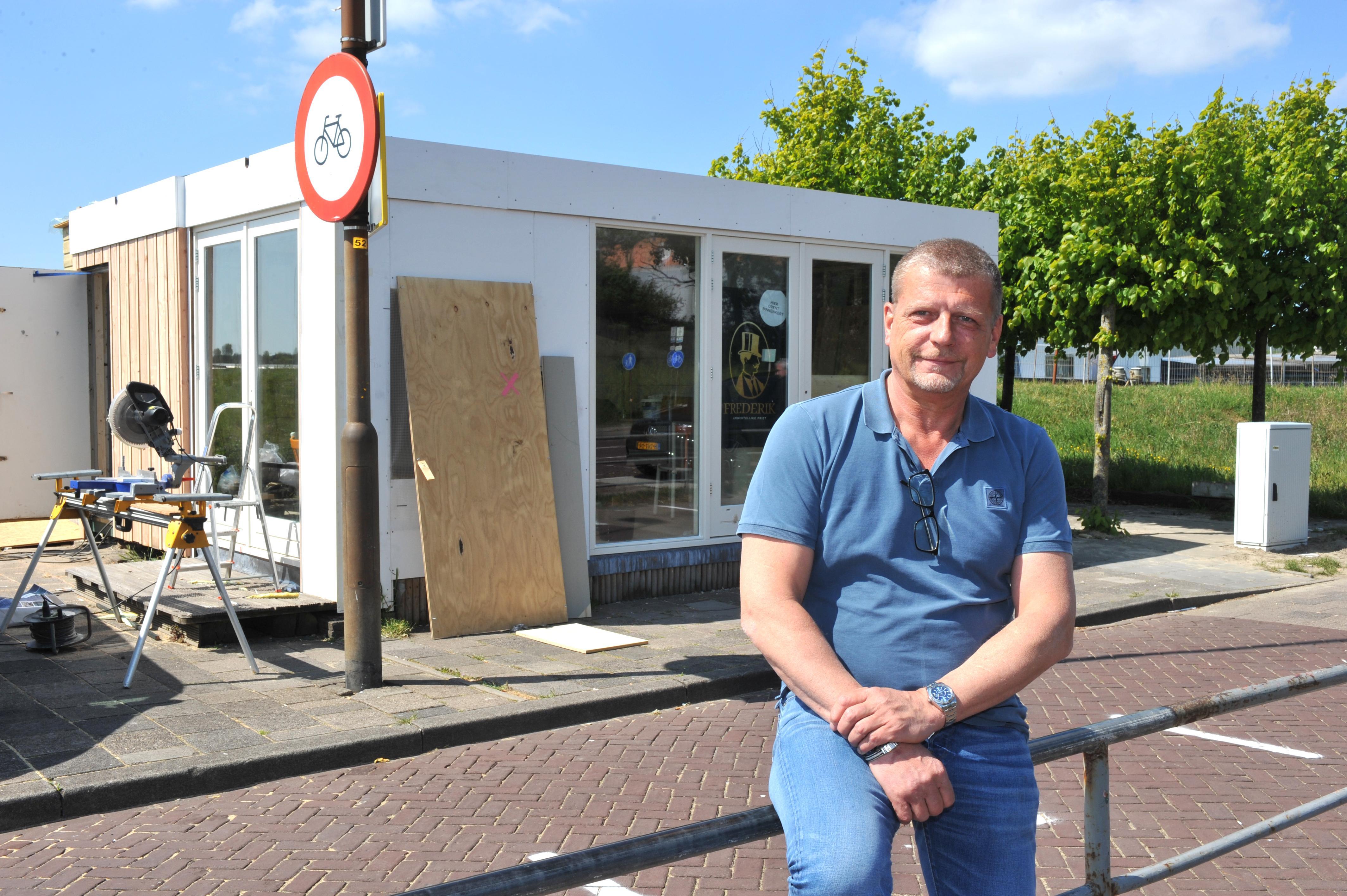 Een tijdelijk omgebouwde zaak, wachtlijnen op de grond, andere openingsuren, maar de gratis patat-actie bij Frederik Ambachtelijke Friet in Velsen-Noord gaat maandag door