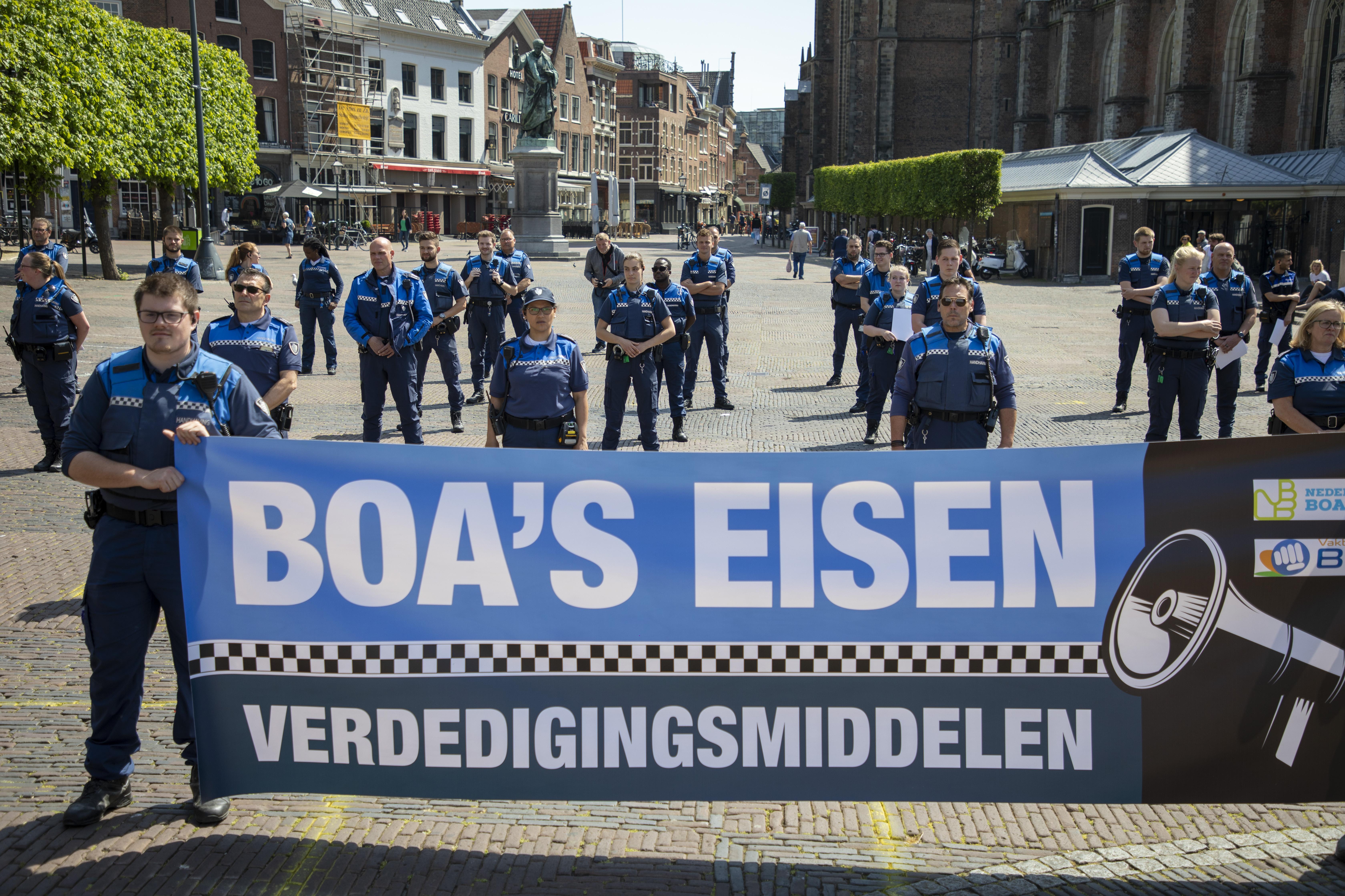 Alkmaar wil nu toch wapenstokken voor boa's. Gemeente meldt zich aan voor proef, ondanks eerdere twijfels van de burgemeester over de bewapening van de handhavers