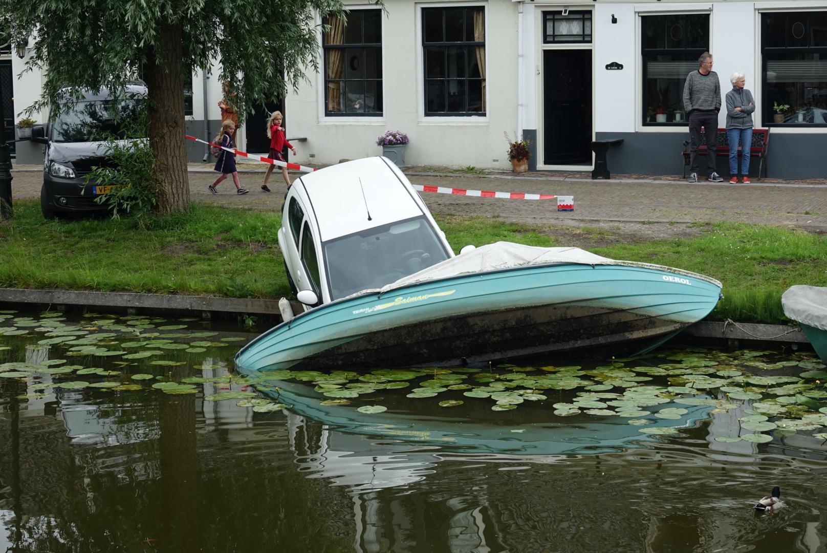 Auto rolt van de kant en belandt in bootje in Monnickendam [video]
